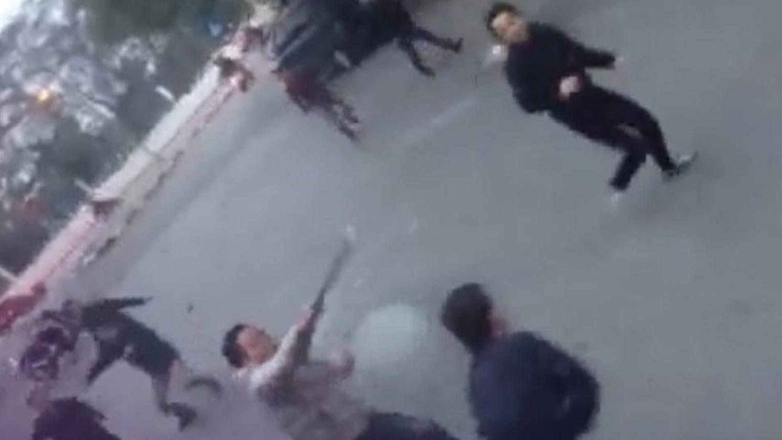 Khởi tố nhóm thanh niên mang dao phóng lợn diễu phố Hà Nội