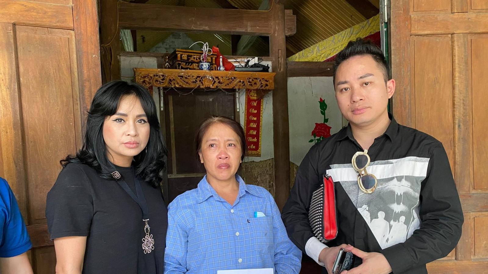 Tùng Dương - Thanh Lam nghẹn ngào tới thăm người dân vùng lũ Hà Tĩnh