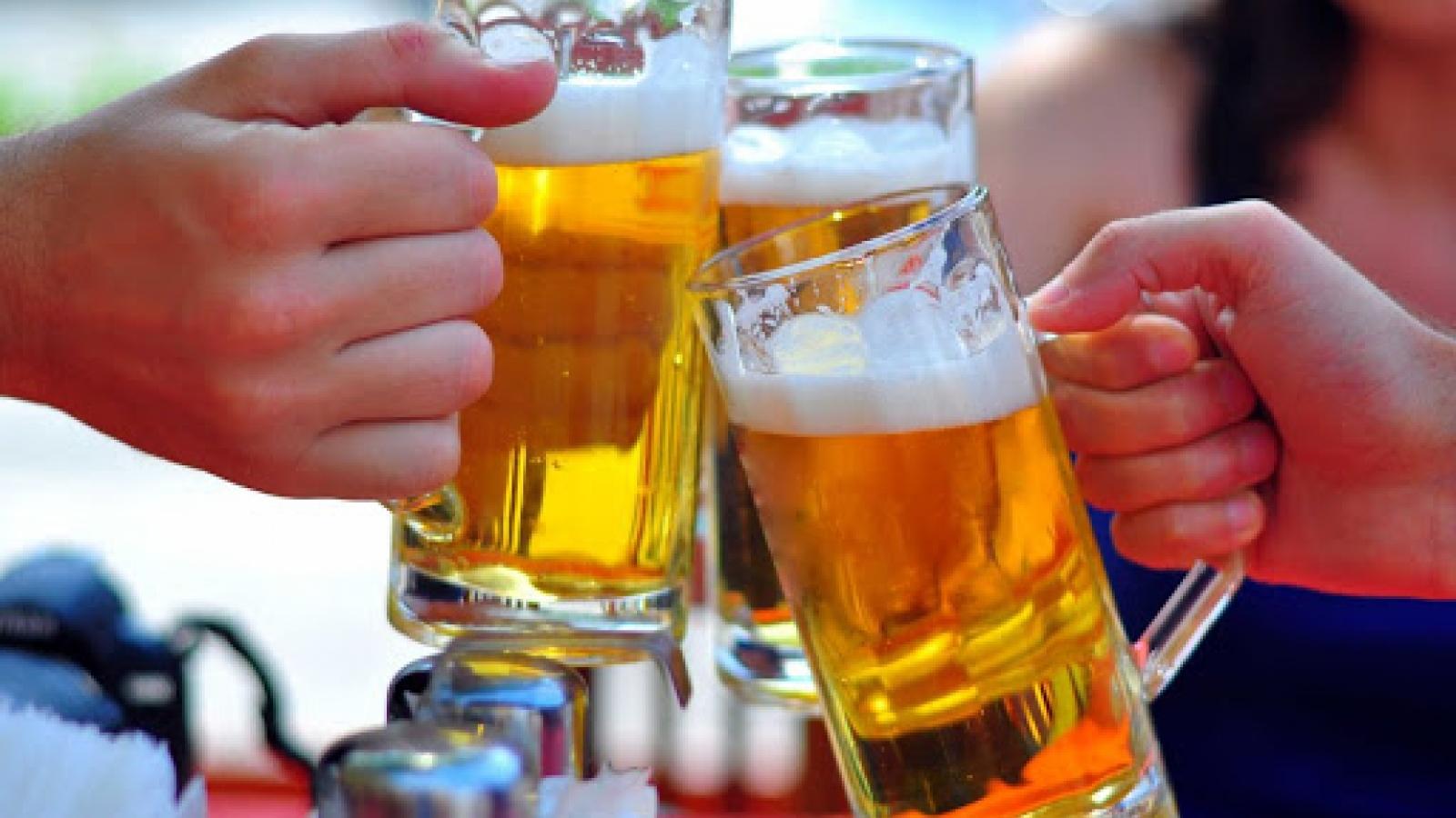 Ép người khác uống rượu bia coi chừng bị phạt nặng