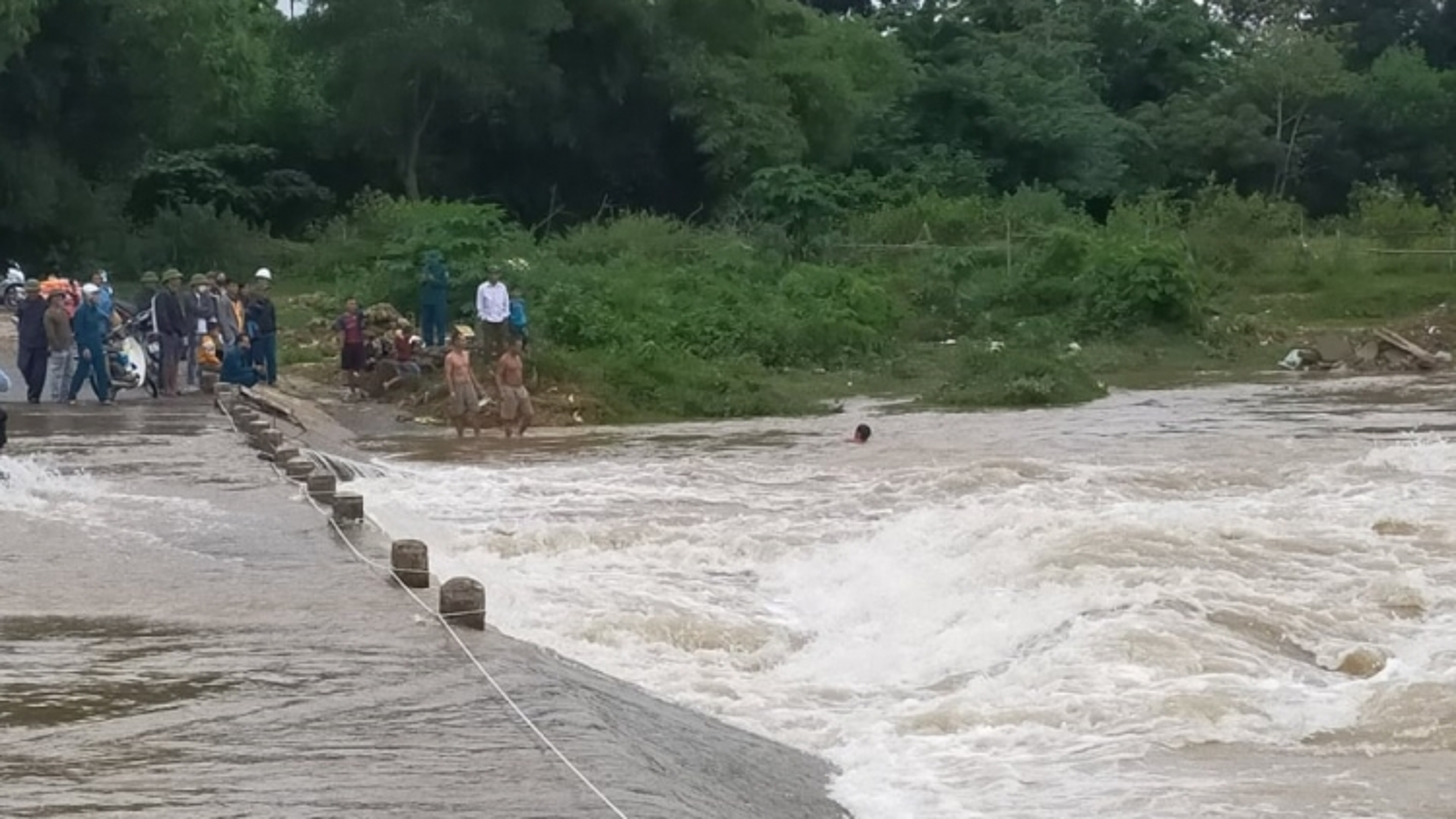 Đi qua cầu tràn, người đàn ông bị nước lũ cuốn mất tích