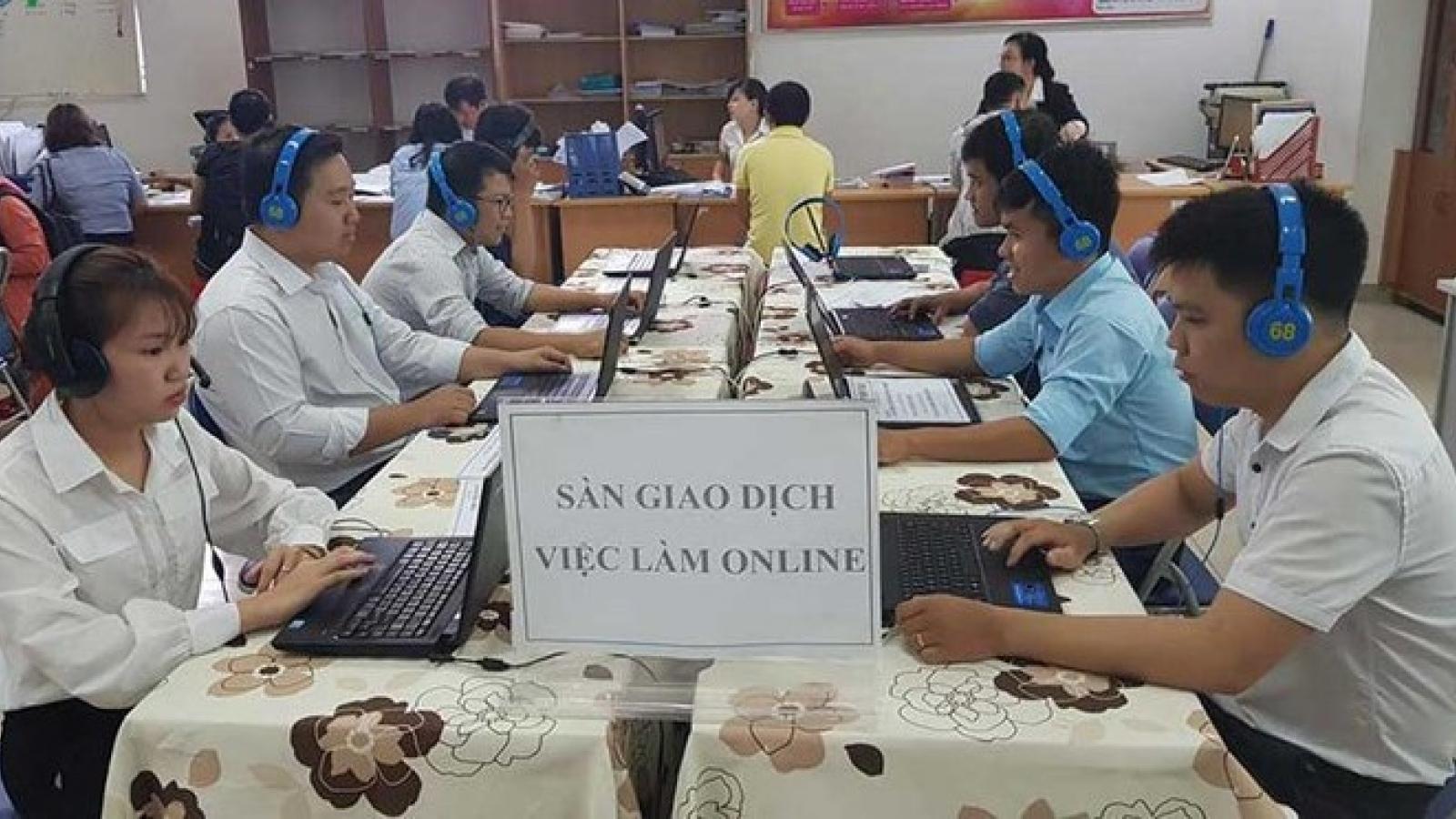 Hàng trăm người tìm được việc qua phiên giao dịch việc làm trực tuyến