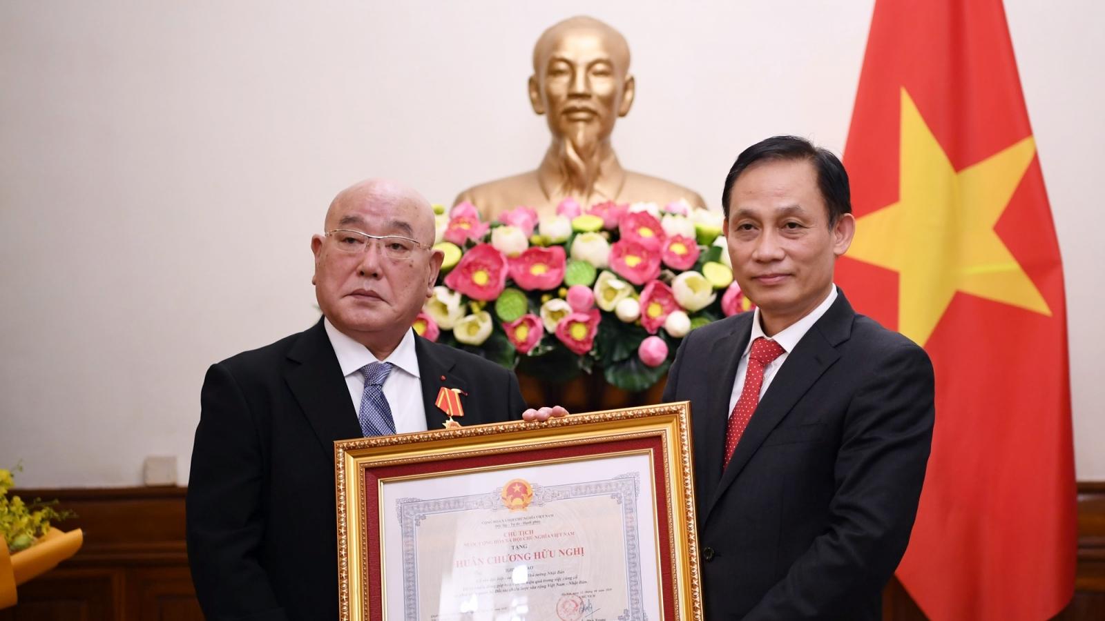 Trao Huân chương Hữu nghị cho Cố vấn đặc biệt của Thủ tướng Nhật Bản