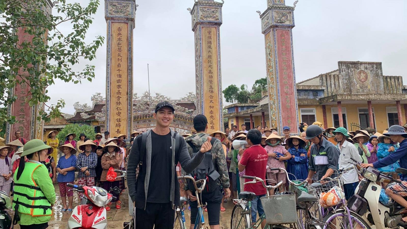Võ Cảnh, Vĩnh Thụy, Trà Ngọc Hằng... lội nước vào vùng lũ giúp dân