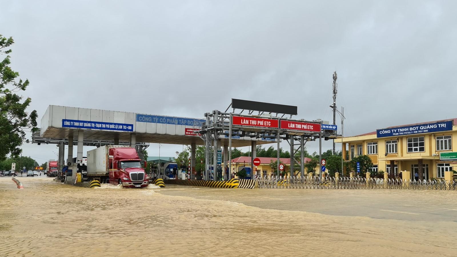 Nước lũ tràn qua Quốc lộ 1A, BOT ở Quảng Trị phải xả trạm