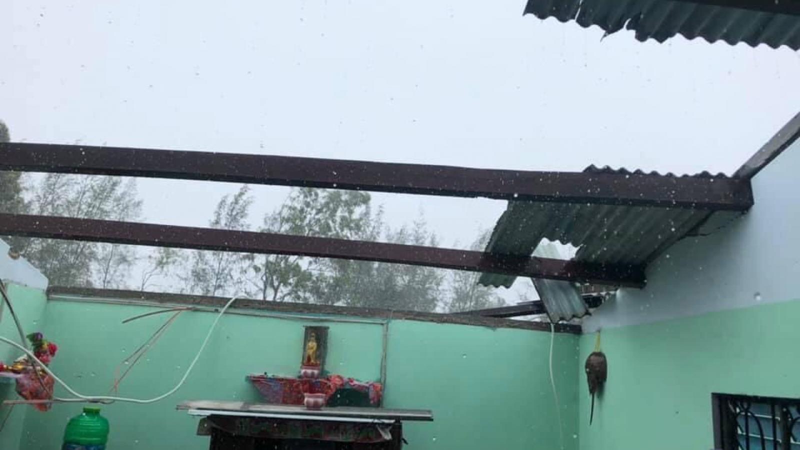 Lốc xoáy khiến hàng chục nhà dân ở Quảng Nam bị tốc mái