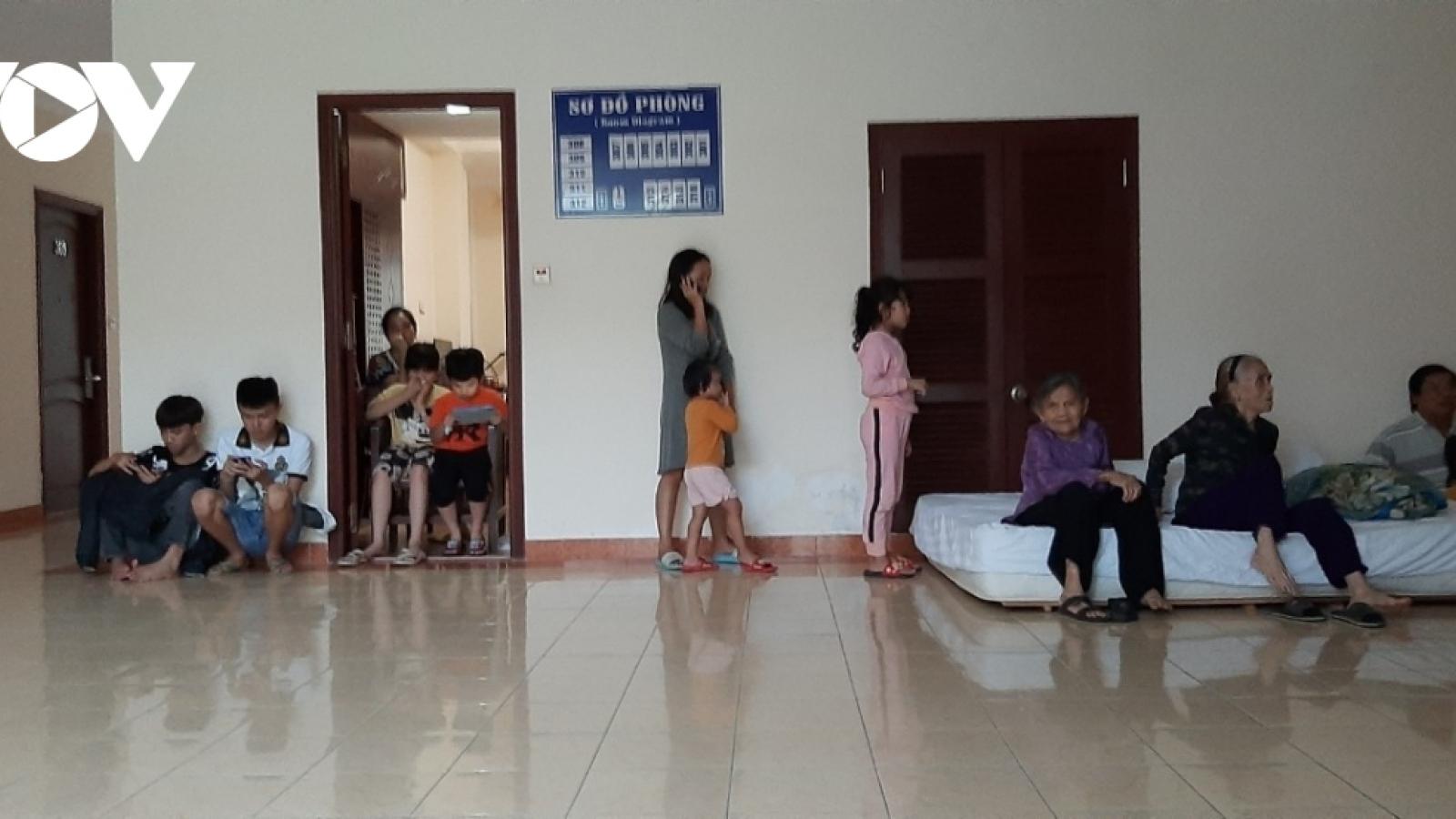 Người dân vùng biển Nghĩa An, Quảng Ngãivào khách sạn trú bão