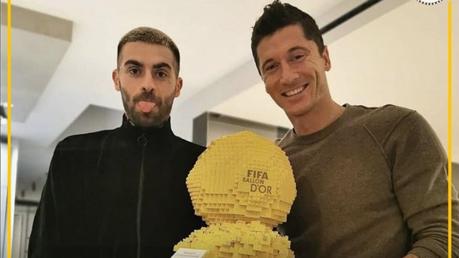 Biếm họa 24h: Lewandowski nhận Quả bóng Vàng trong lòng người hâm mộ
