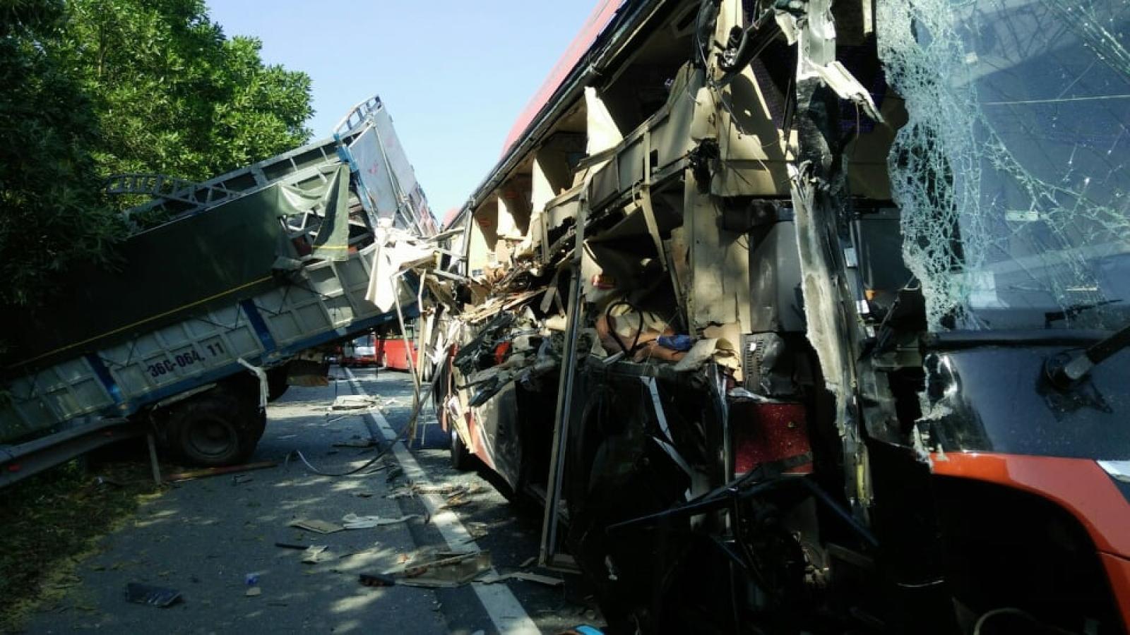 Xe tải tông ô tô khách khiến 4 người bị thương khi dừng khẩn cấp trên cao tốc