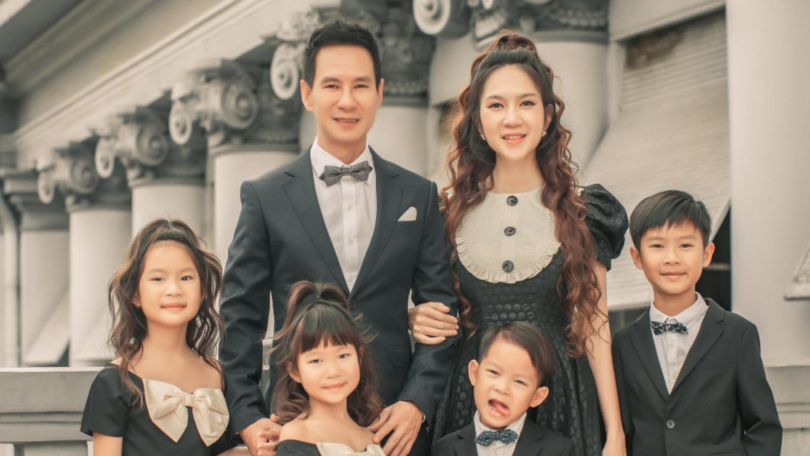 Lý Hải - Minh Hà cùng 4 con chụp ảnh kỷ niệm 10 năm ngày cưới