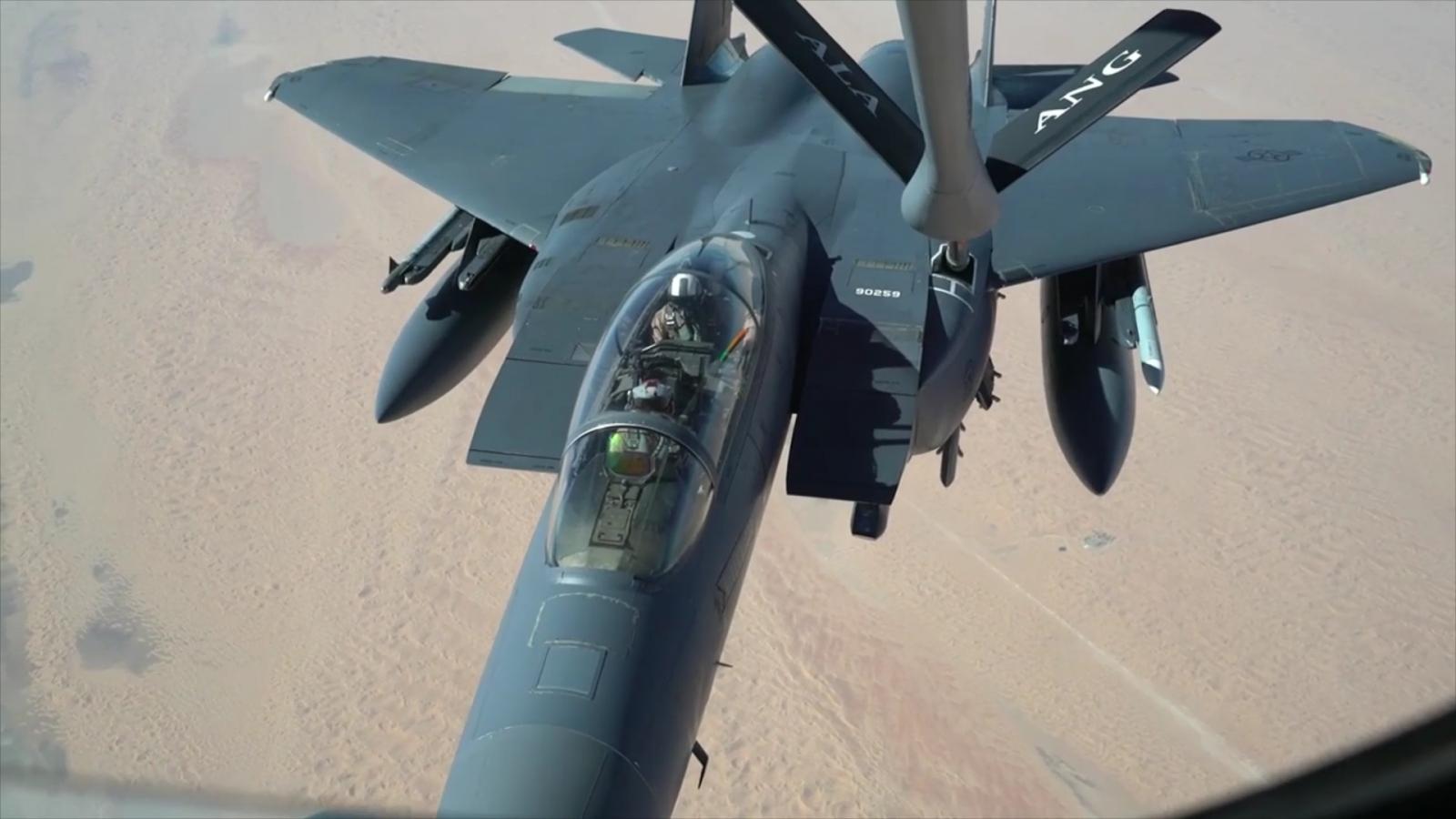 Video: KC-135R tiếp nhiên liệu trên không cho 2 tiêm kích F-16C và F-15E
