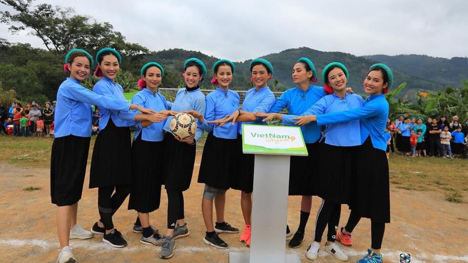 Võ Hoàng Yến, Mâu Thủy mặc váy đá bóng với phụ nữ Sán Chỉ ở Quảng Ninh