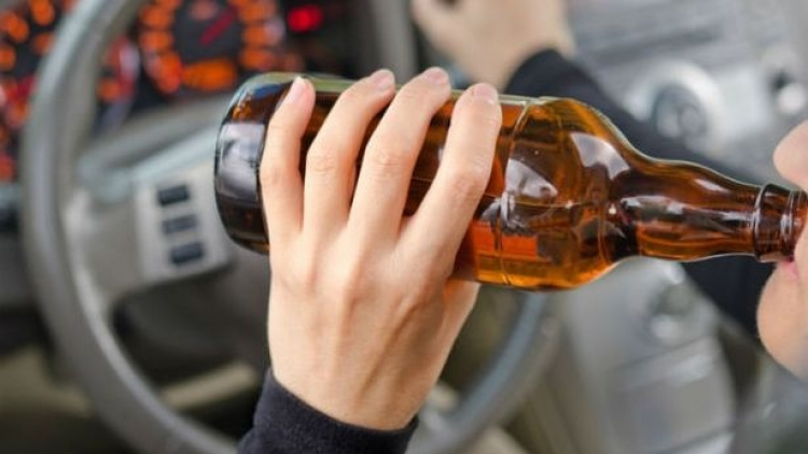 Trưởng phòng bị kỷ luật vì lái ô tôsau khi uống rượu