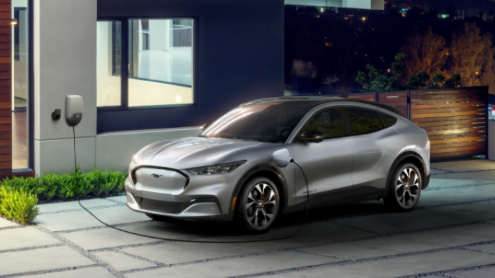 CEO Ford tiết lộ thông tin hãng đang xem xét tự sản xuất pin EV