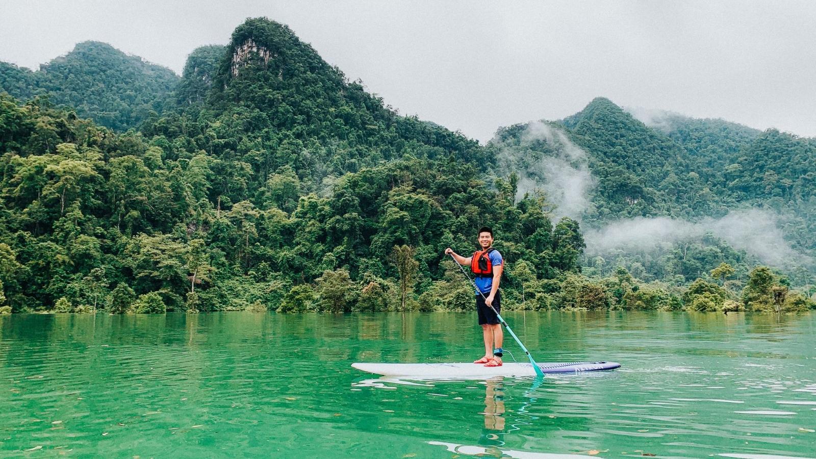 Độc đáo tour chèo thuyền trên nước lũ, lặn ngắm rừng ngập nước