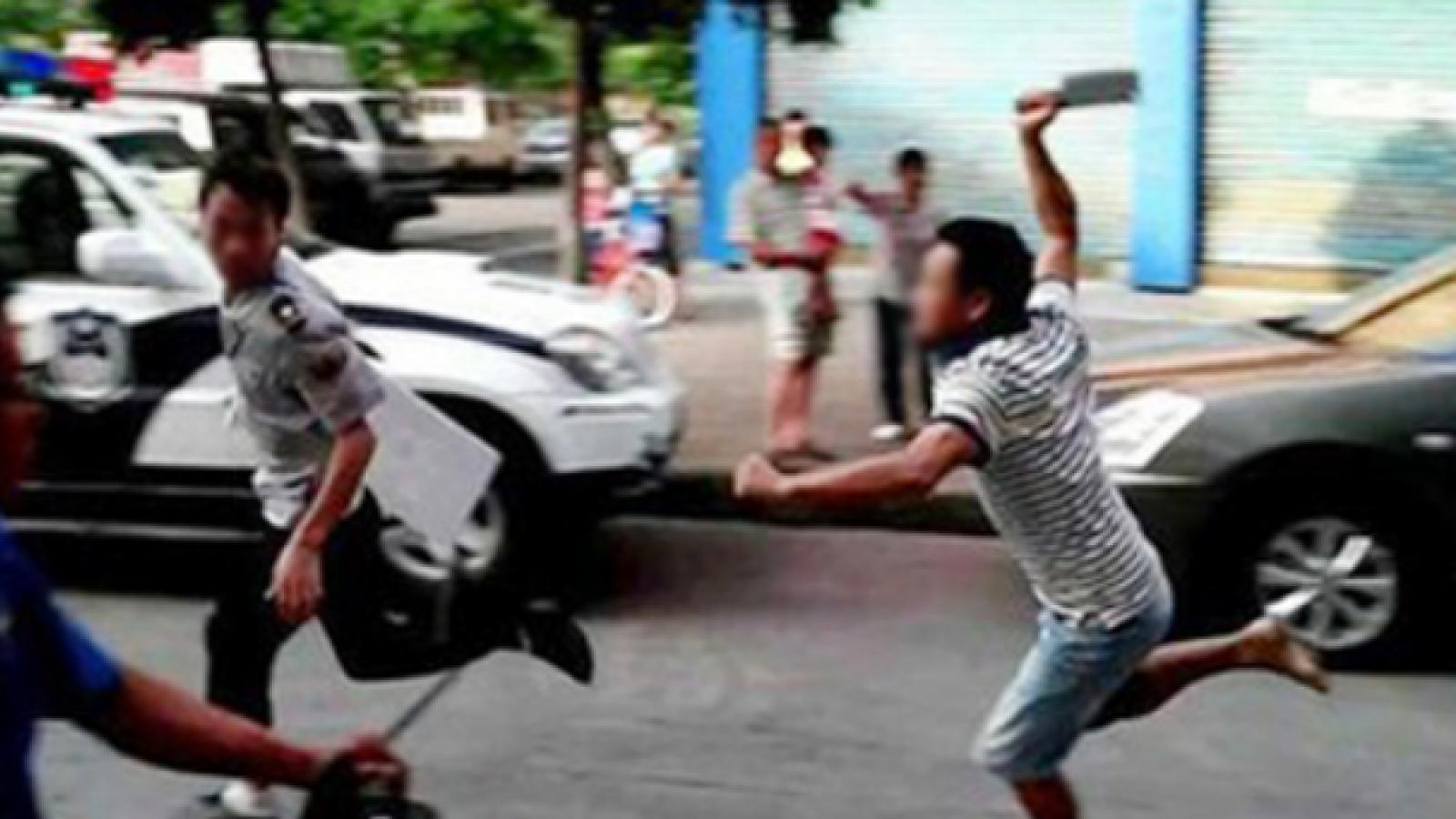 Chém vợ con và người trong khu phố rồi nhảy lầu tự tử