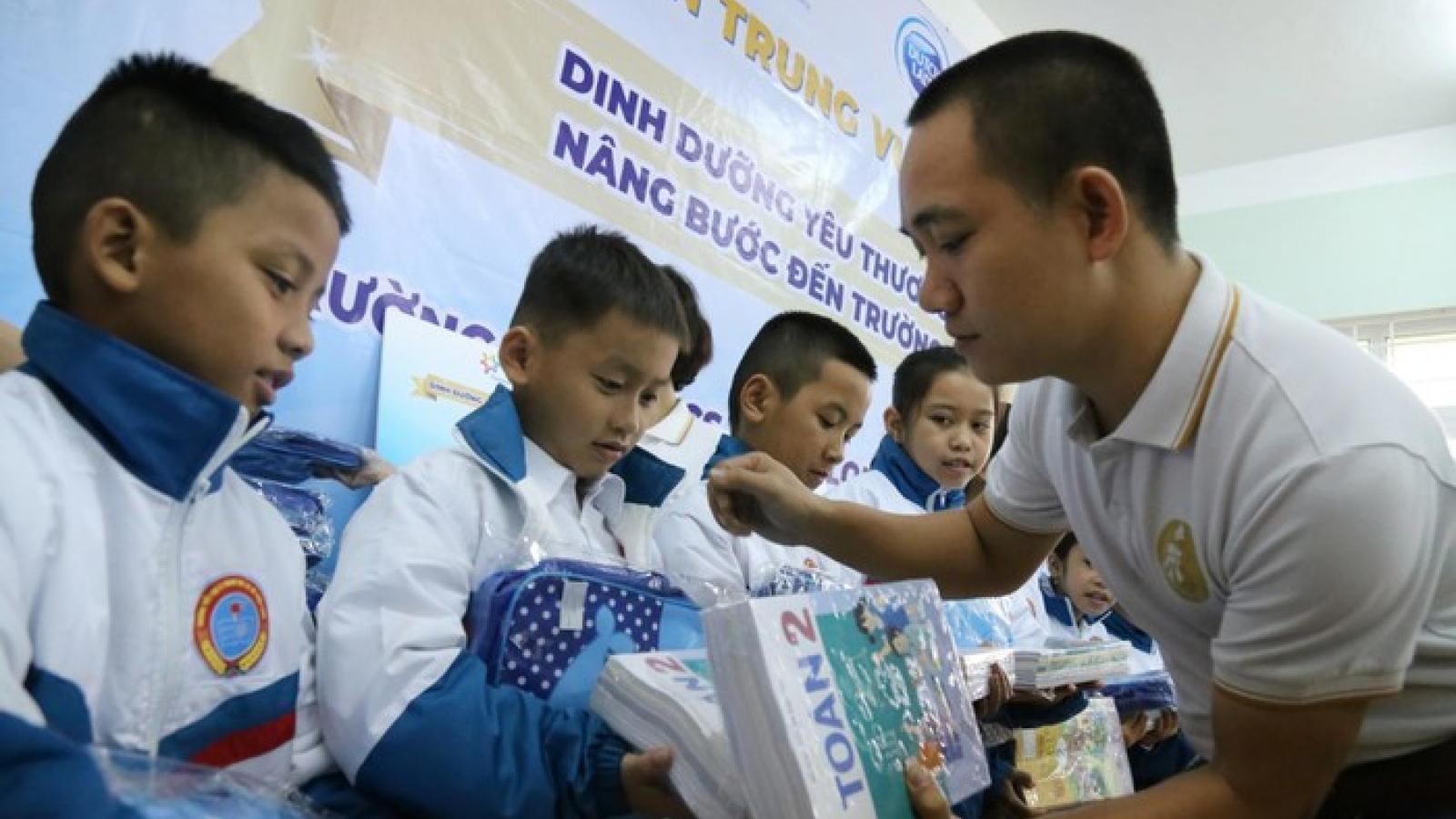 Sữa Cô Gái Hà Lan tặng quà cho hơn 1.700 học sinh vùng lũ