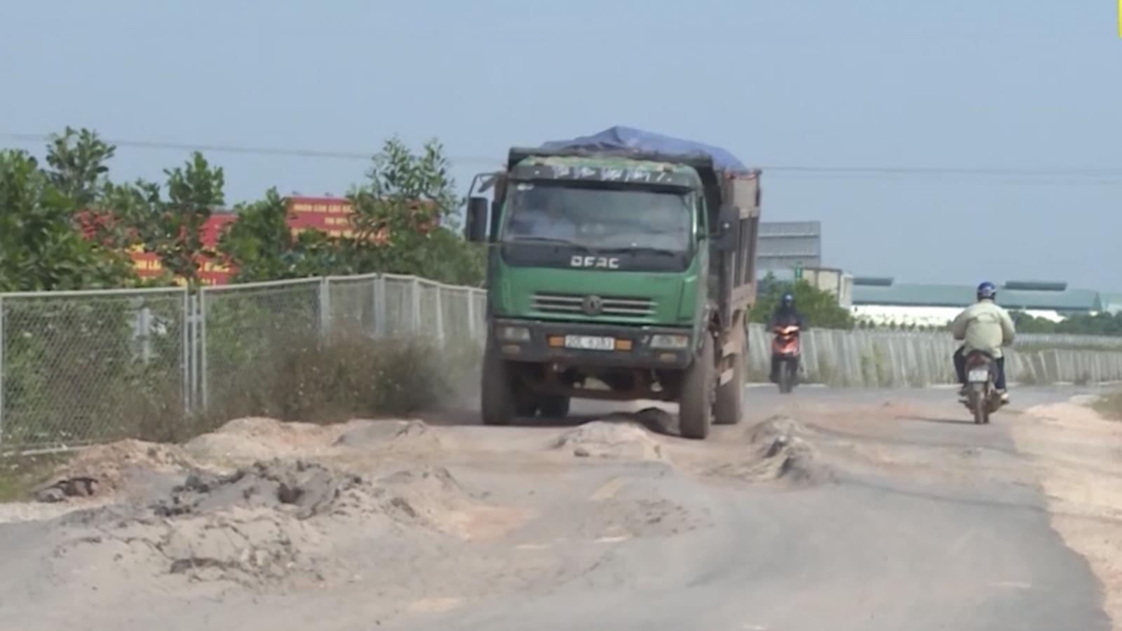 """Video: Chủ đầu tư """"bất lực"""" nhìn tuyến đường 60 tỷ bị xe chở đất """"cày nát"""" ở Bắc Giang"""