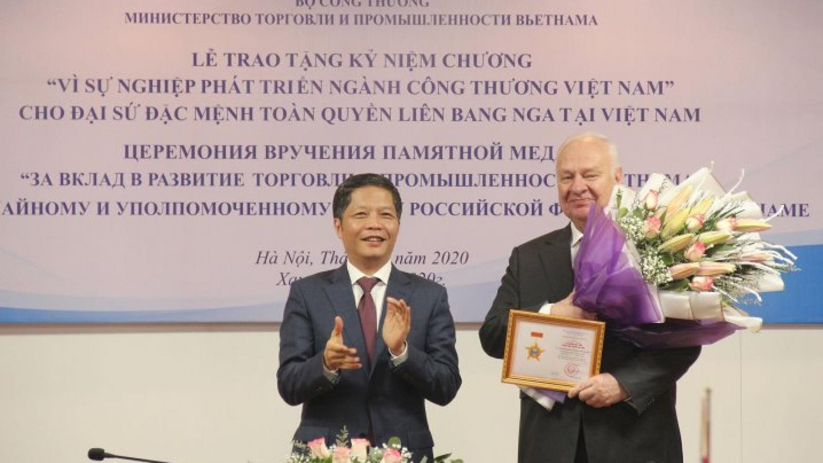 Trao Kỷ niệm chương cho Đại sứ đặc mệnh toàn quyền Liên bang Nga tại Việt Nam