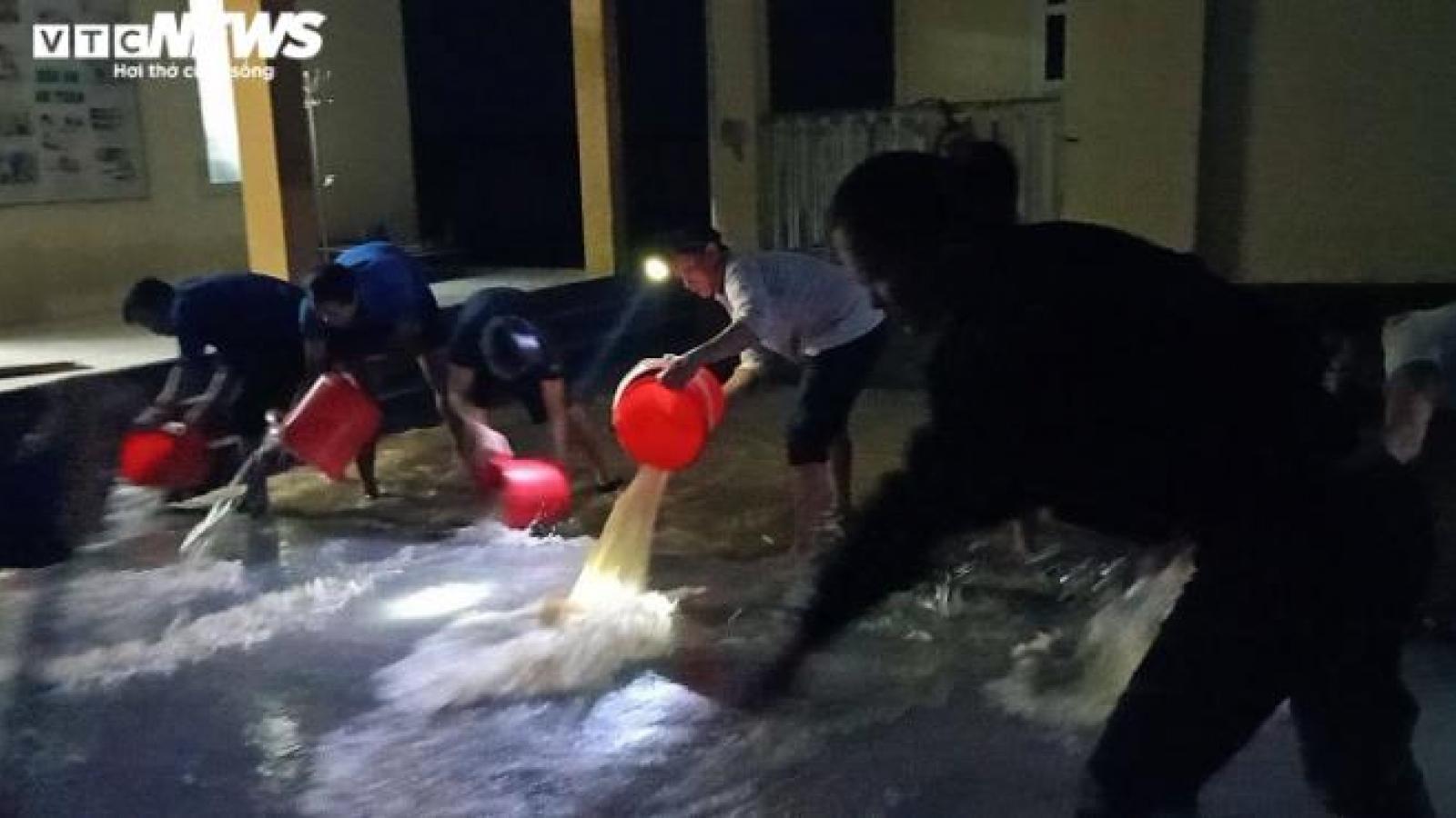 Giáo viên Hà Tĩnh xắn quần, lội nước xuyên đêm dọn bùn đất sau lũ