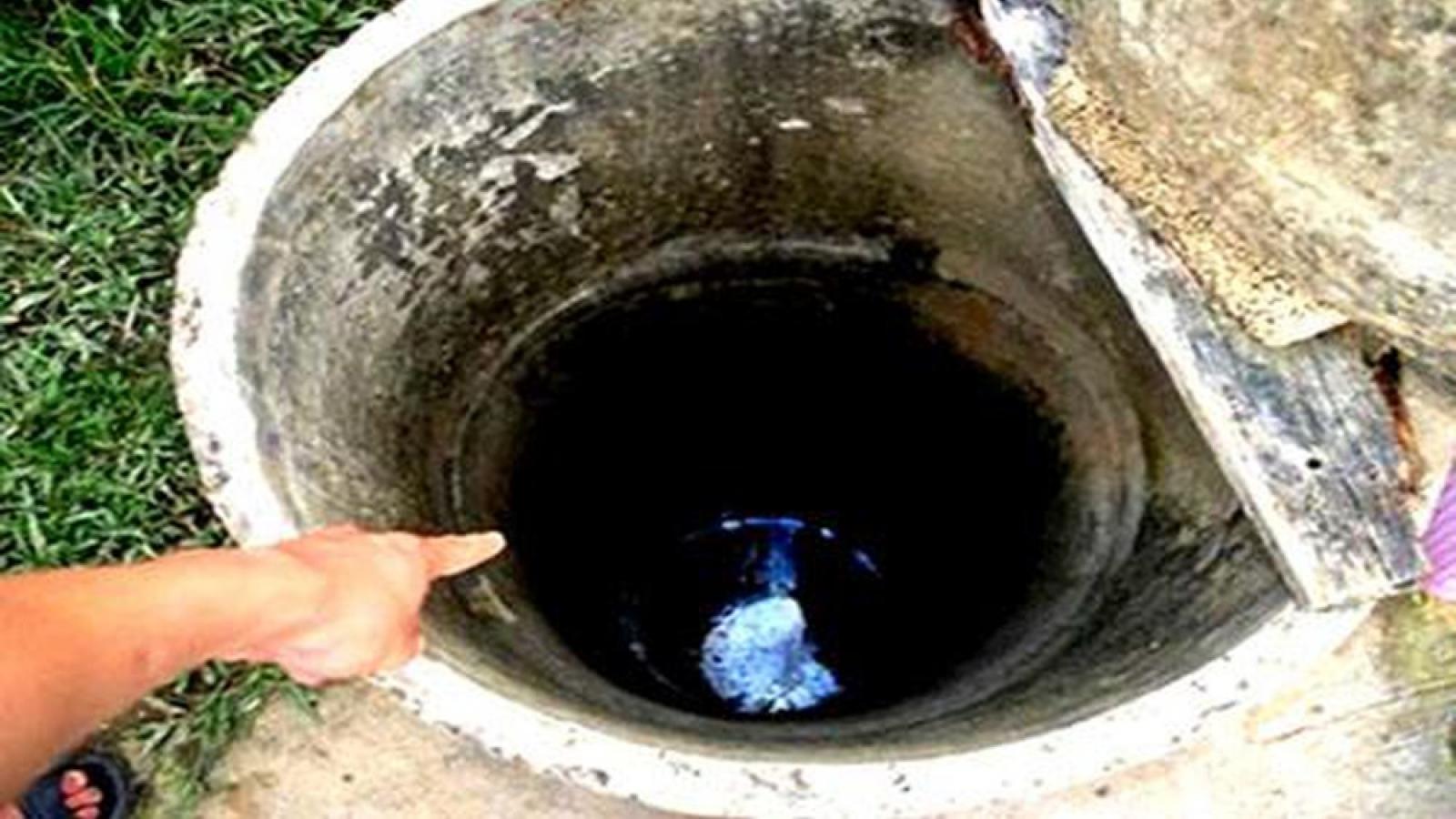 Múc nước để dọn nhà sau lũ, người đàn ông rơi xuống giếng tử vong