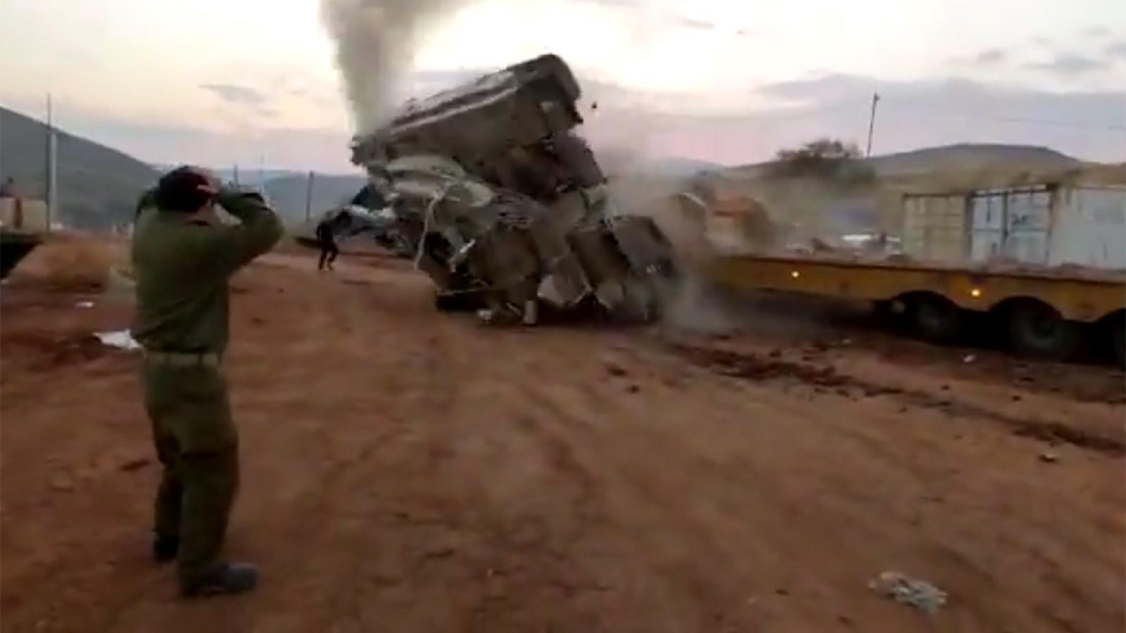 Xe tăng Israel lật ngửa, bốc khói nghi ngút do kẹt chân ga