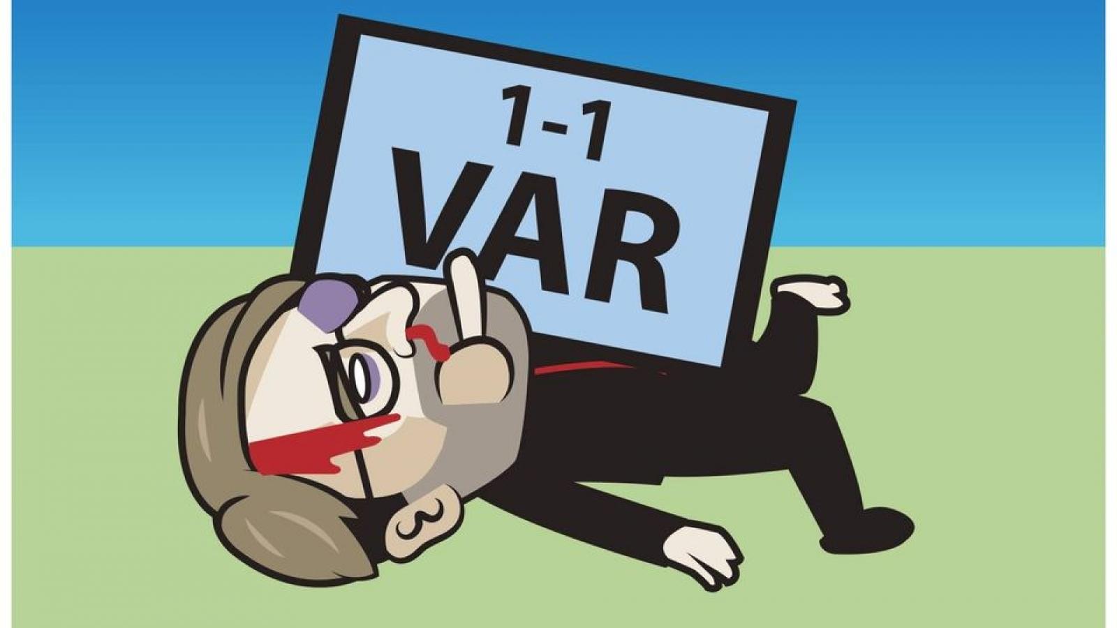 """Biếm họa 24h: HLV Klopp """"thâm tím mặt mày"""" vì VAR"""