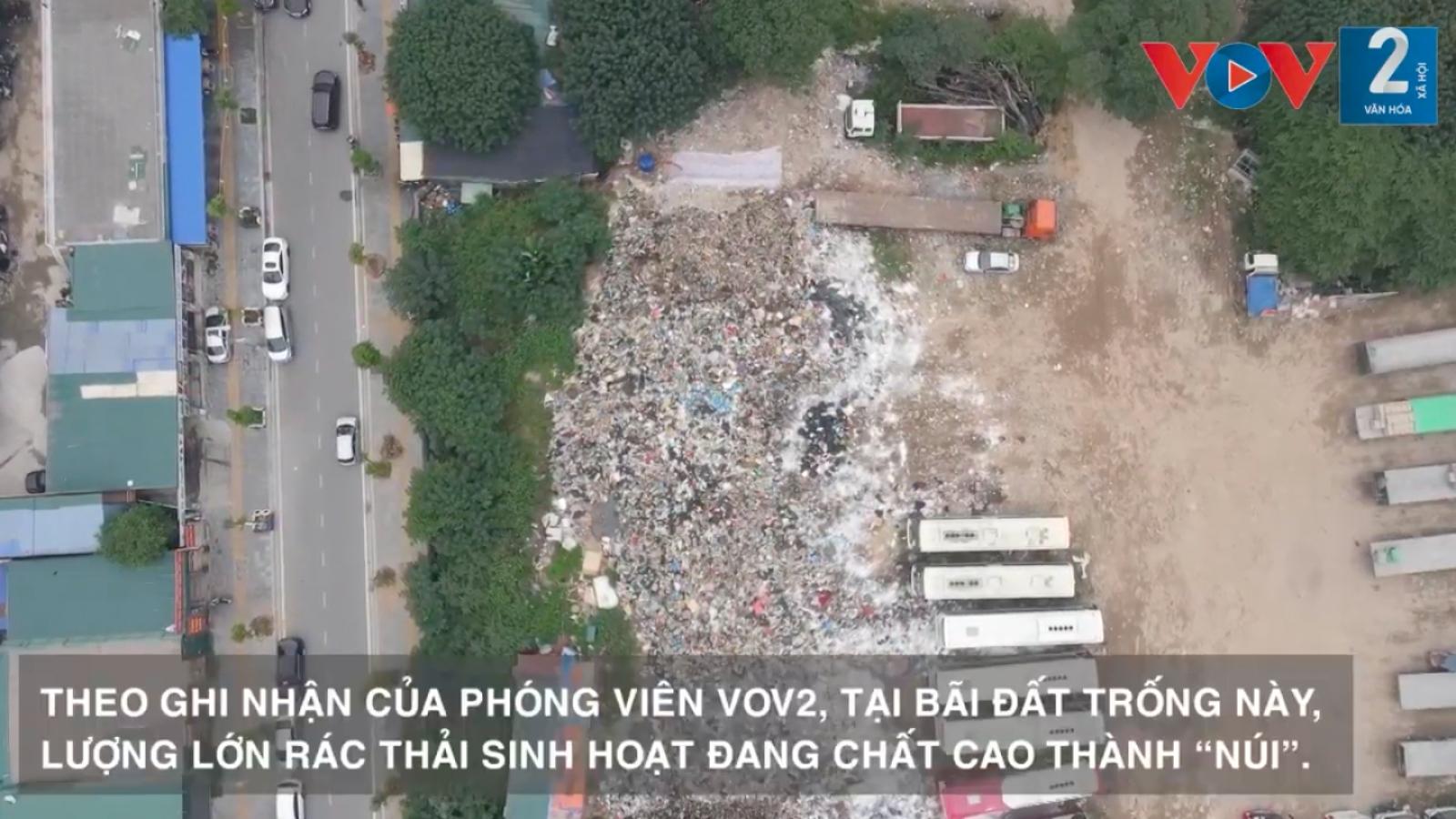"""Hà Nội: """"Núi rác"""" 500 tấn hôi thối giữa trung tâm quận Cầu Giấy"""