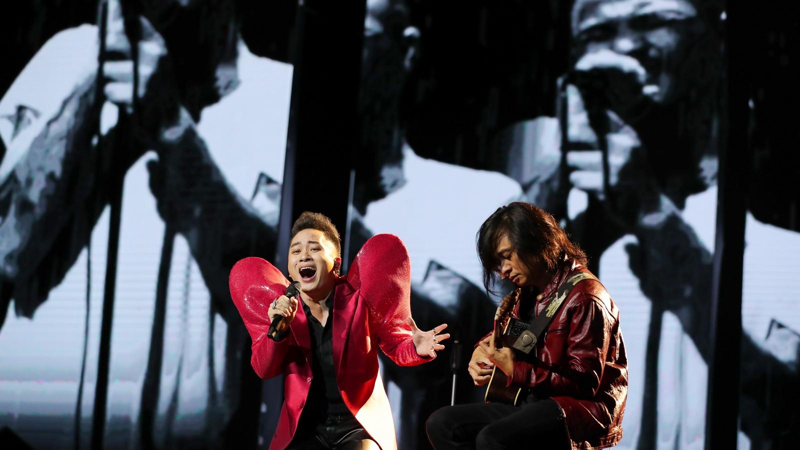 Xúc động khoảnh khắc Trần Lập xuất hiện trong liveshow của Tùng Dương