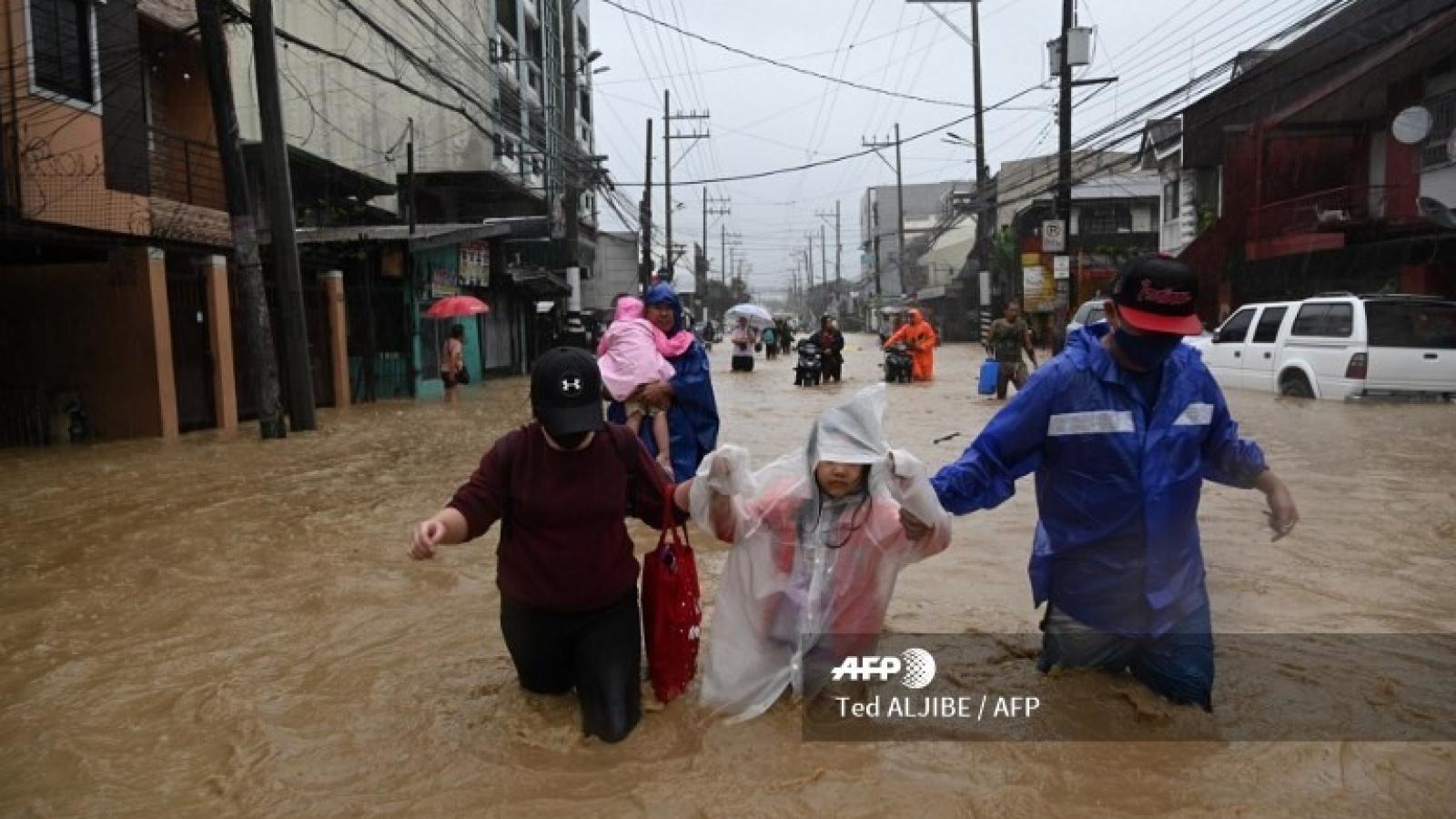Video: Bão Vamco đổ bộ, gây lũ lụt kinh hoàng ở Philippines