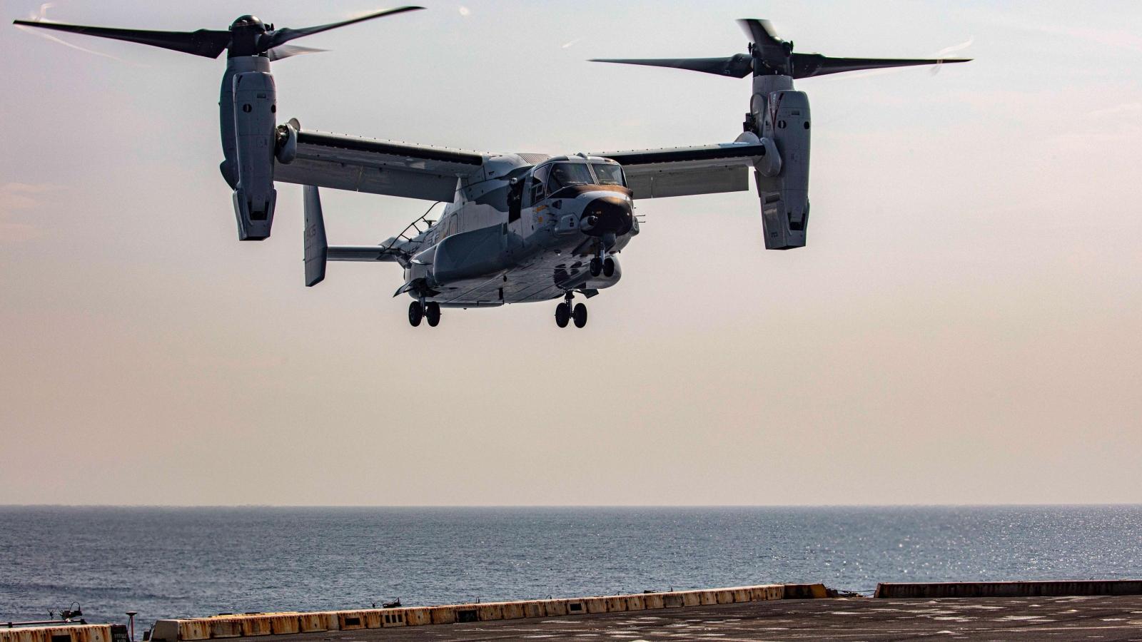 """""""Đại bàng biển"""" thần tốc CMV-22B Osprey lần đầu hạ cánh trên tàu sân bay Mỹ"""