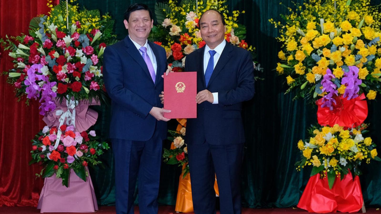 Thủ tướng trao Quyết định bổ nhiệm Bộ trưởng Bộ Y tế cho GS Nguyễn Thanh Long