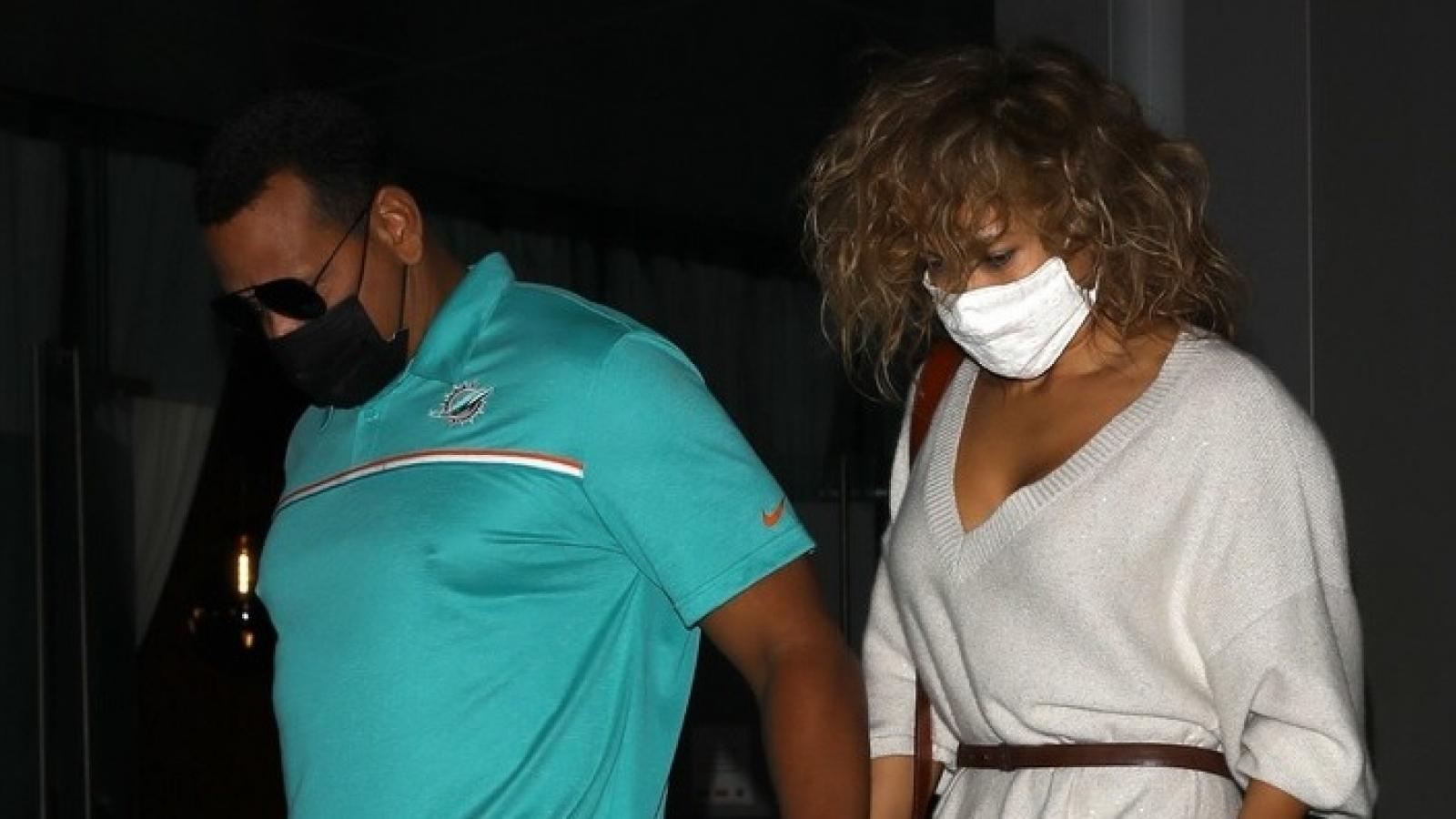 Jennifer Lopez hẹn hò cùng tình trẻ