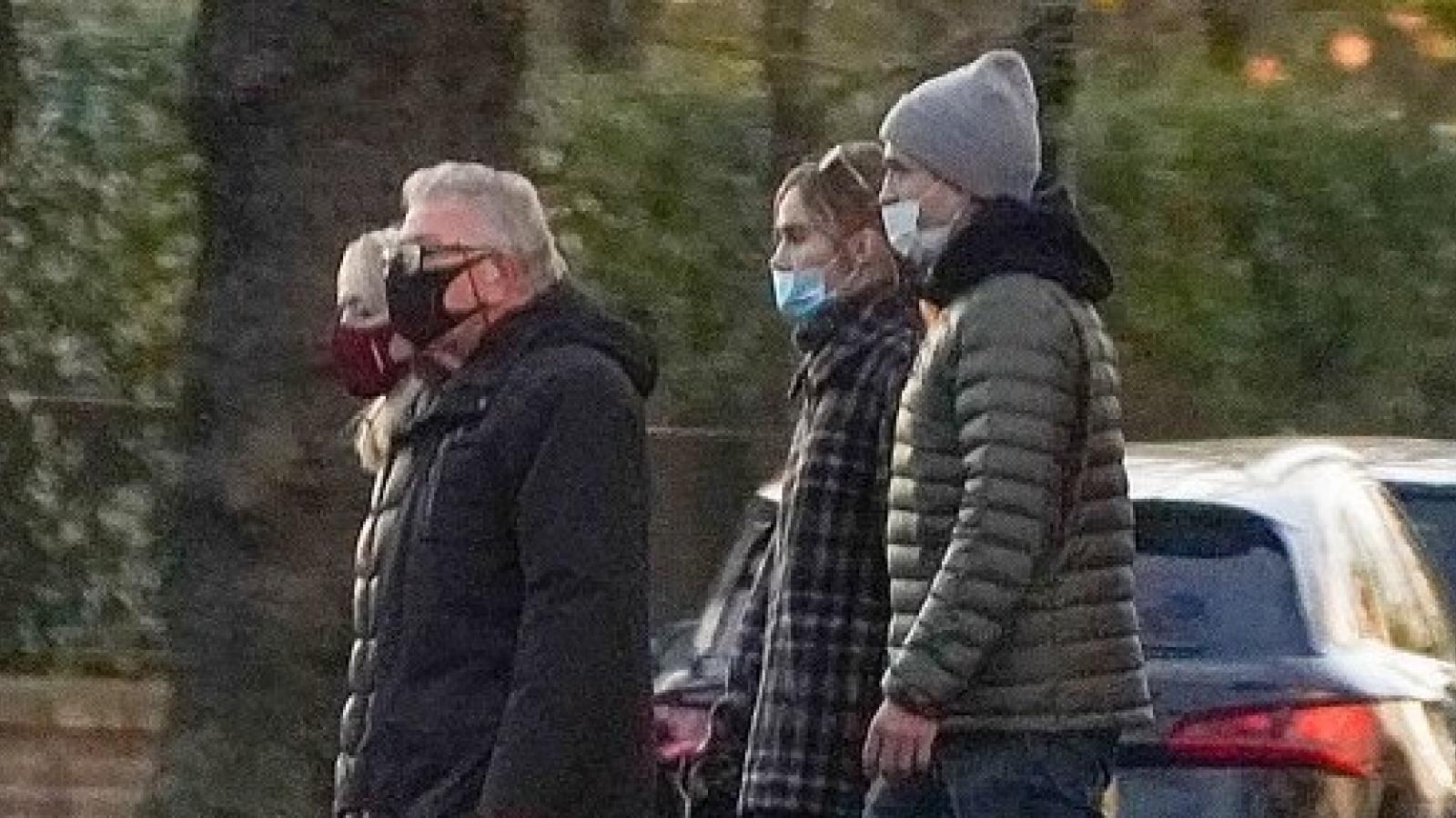 Robert Pattinson nắm tay bạn gái đi dạo cùng bố mẹ