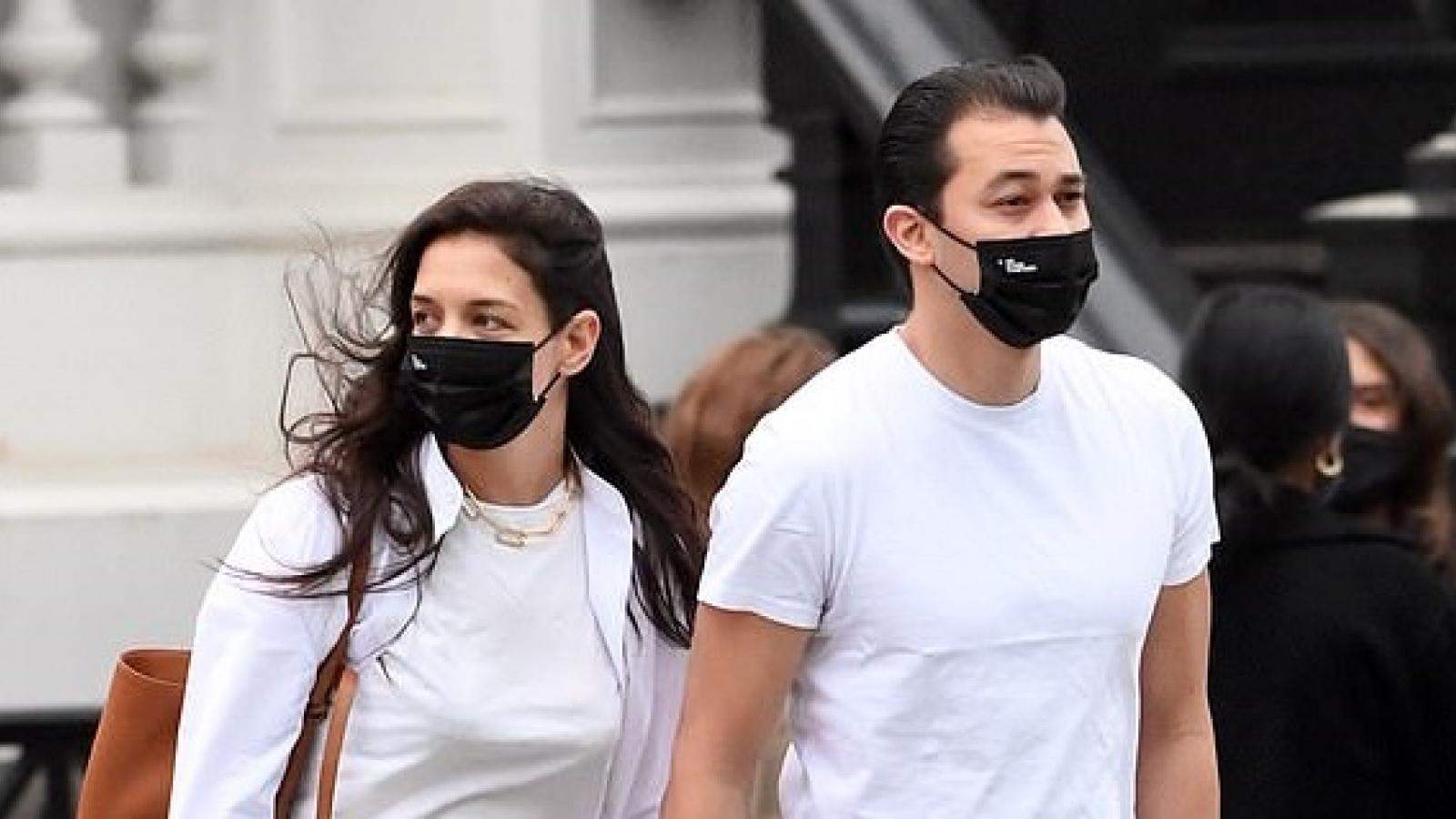 Katie Holmes và bạn trai mặc đồ đồng điệu đi mua đồ nội thất