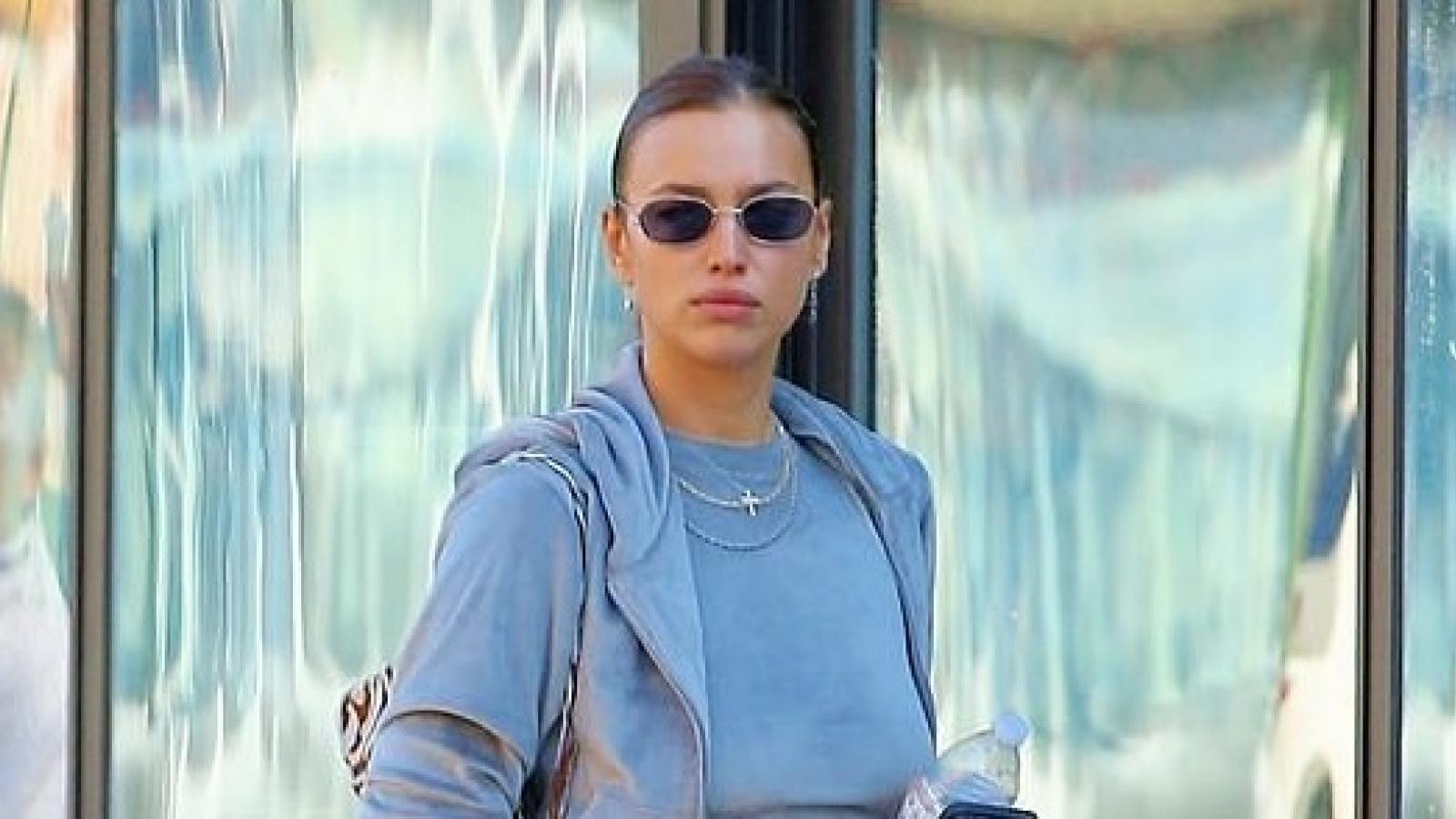 """""""Mẹ đơn thân"""" Irina Shayk mặc đồ đồng điệu khoe """"eo con kiến"""" ra phố"""