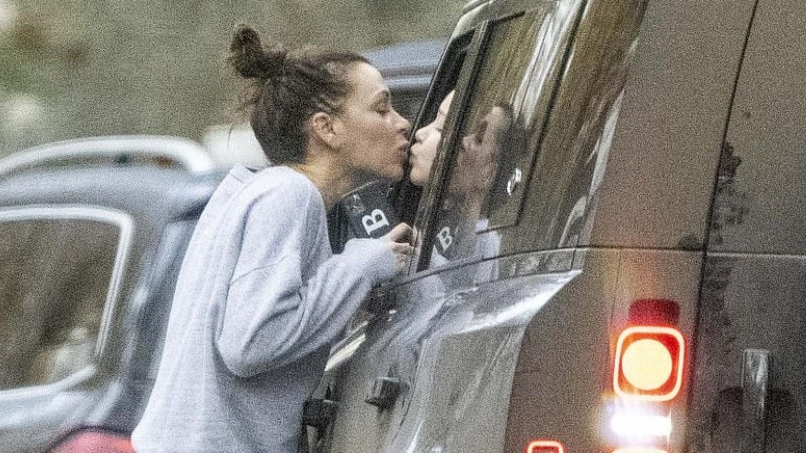 Victoria Beckham để mặt mộc, hôn con gái qua cửa ô tô