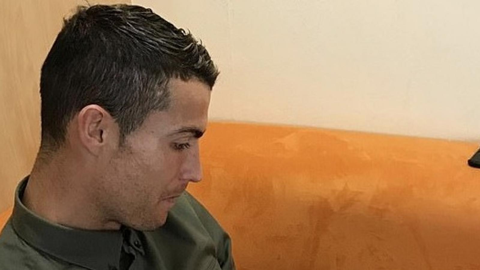 Bạn gái khoe ảnh C.Ronaldo căng thẳng cho con gái bú bình