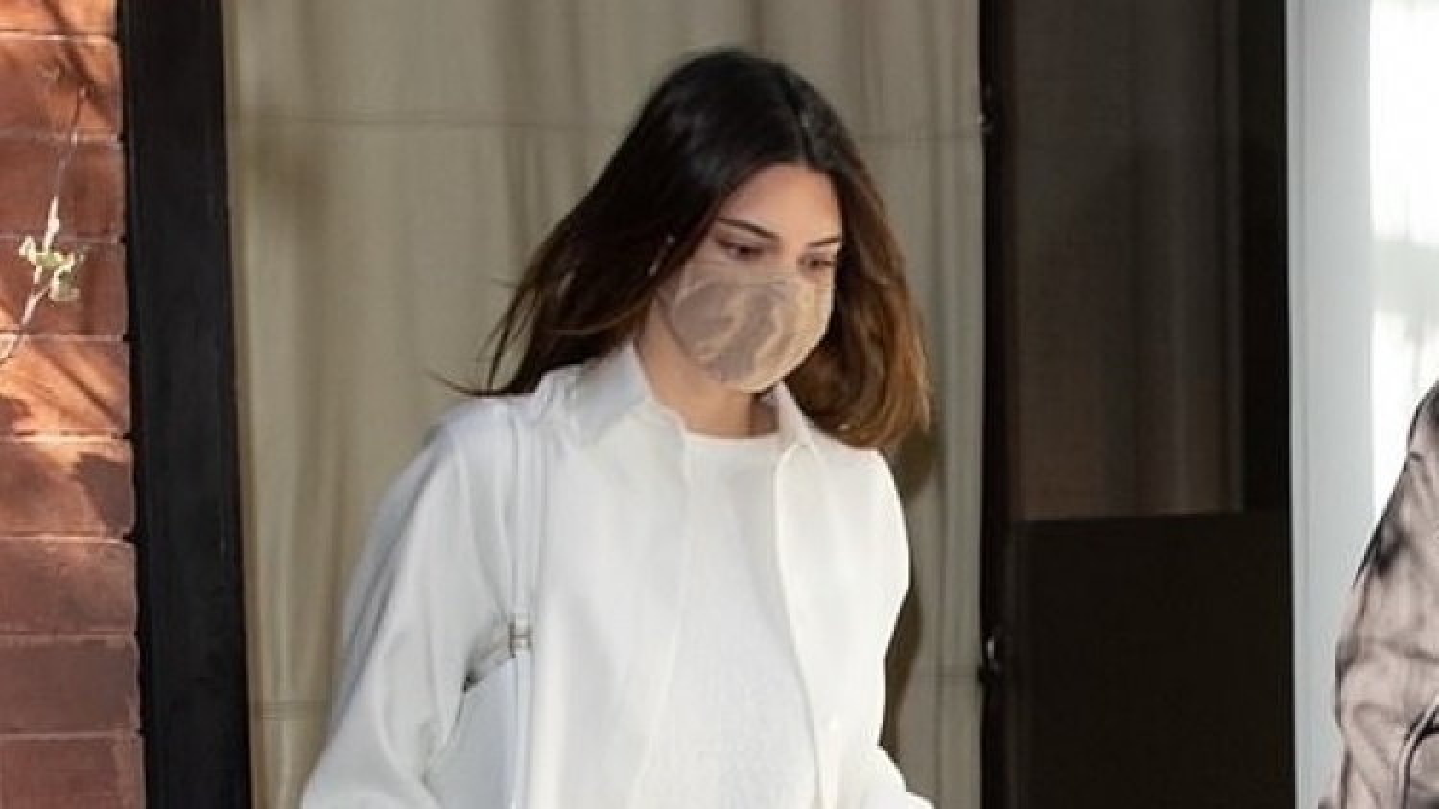 Kendall Jenner thanh lịch đi ăn trưa cùng bạn bè dịp cuối tuần