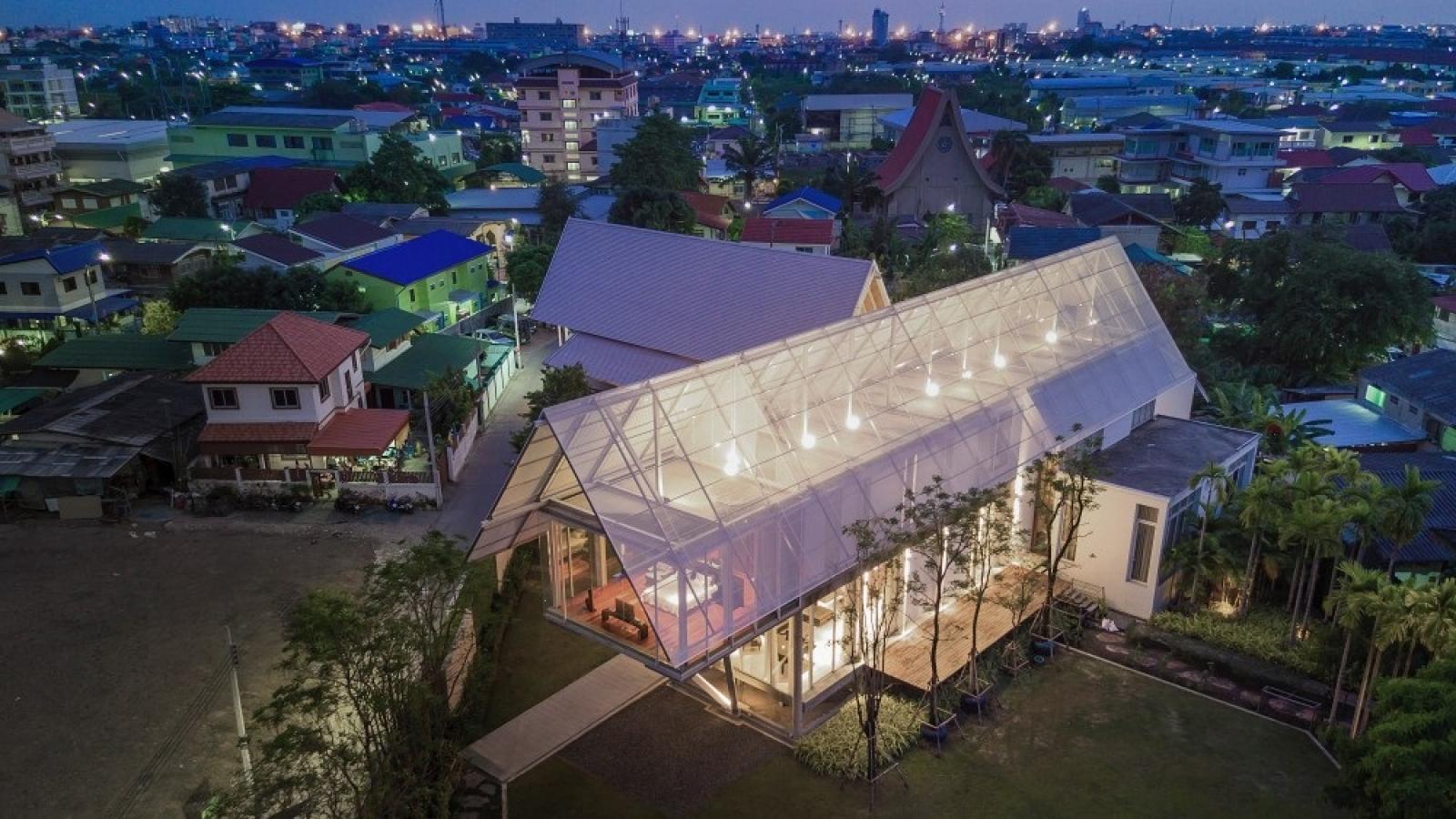 """Độc đáo căn nhà """"đom đóm"""" với chiếc mái khổng lồ"""