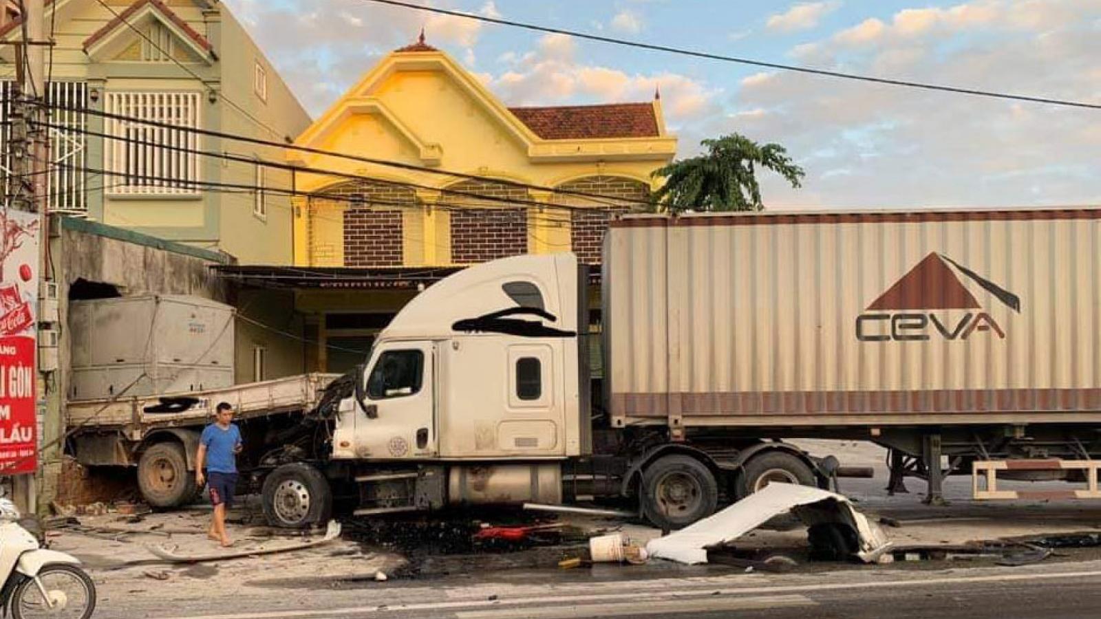 Xe container nổ lốp tông xe tải văng vào nhà dân bên quốc lộ