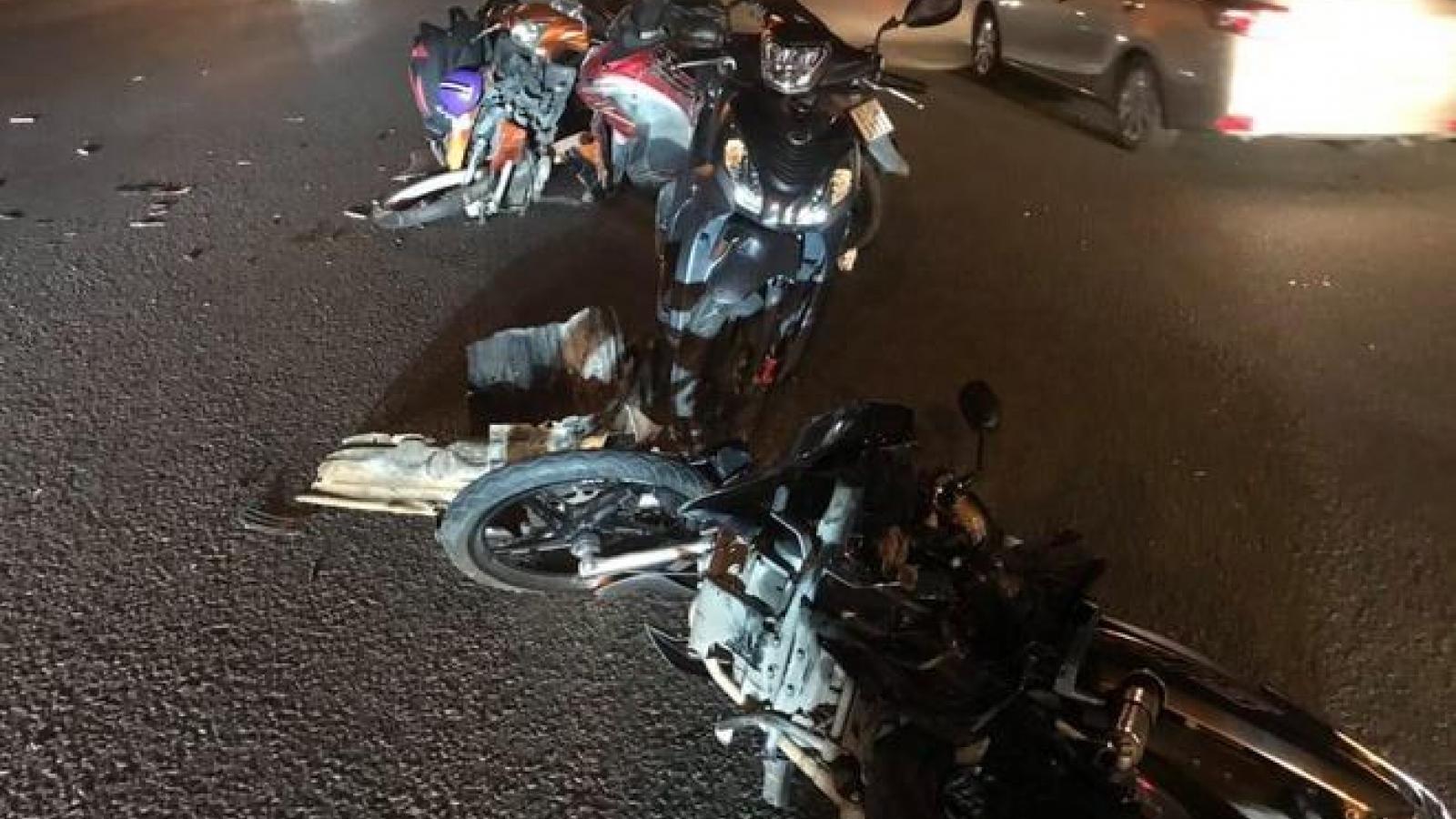 Ô tô tông 10 xe máy, nhiều người bị thương ở TP HCM