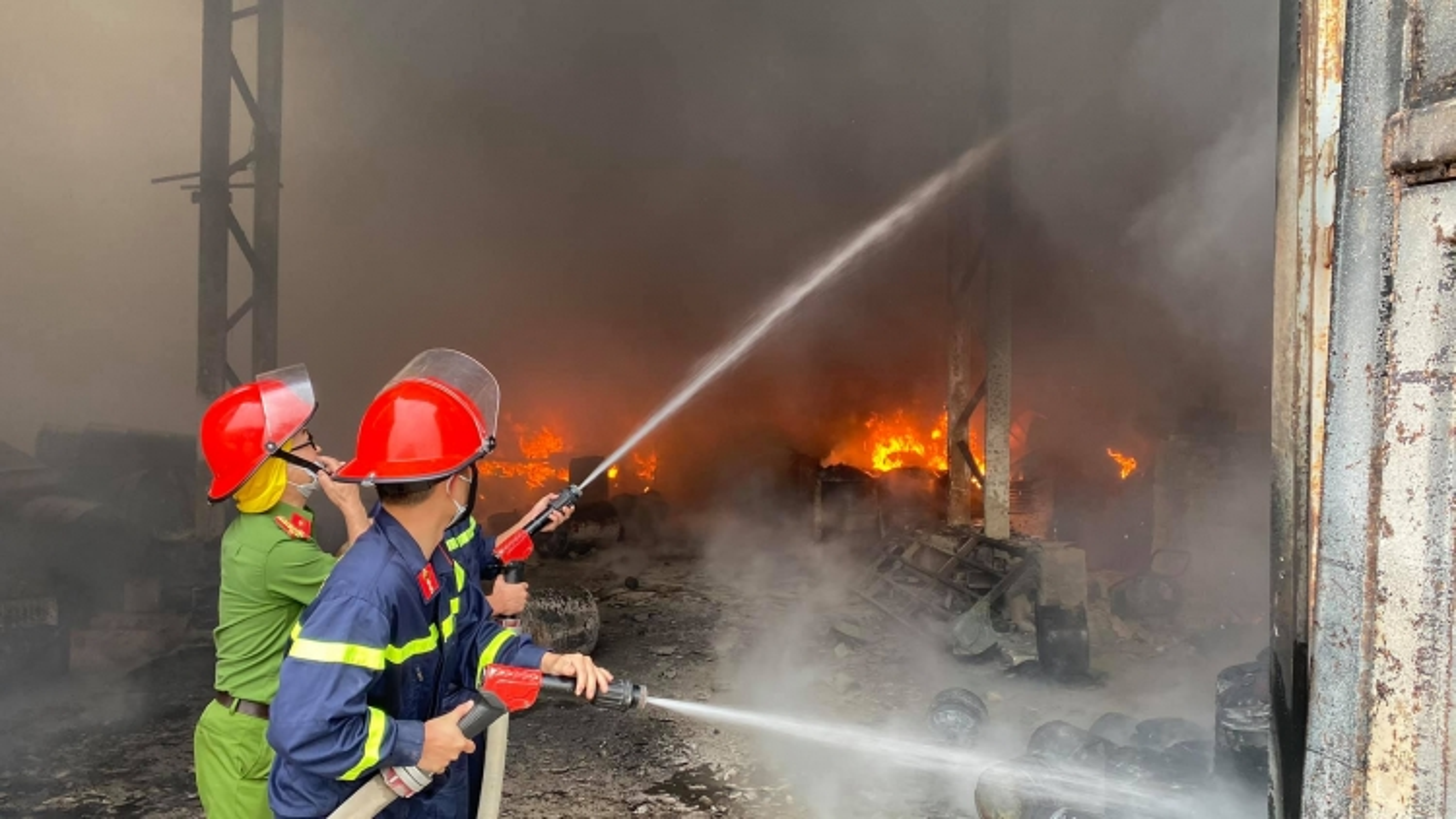 Cháy dữ dội tại kho chứa hàng ở TP Vinh, Nghệ An