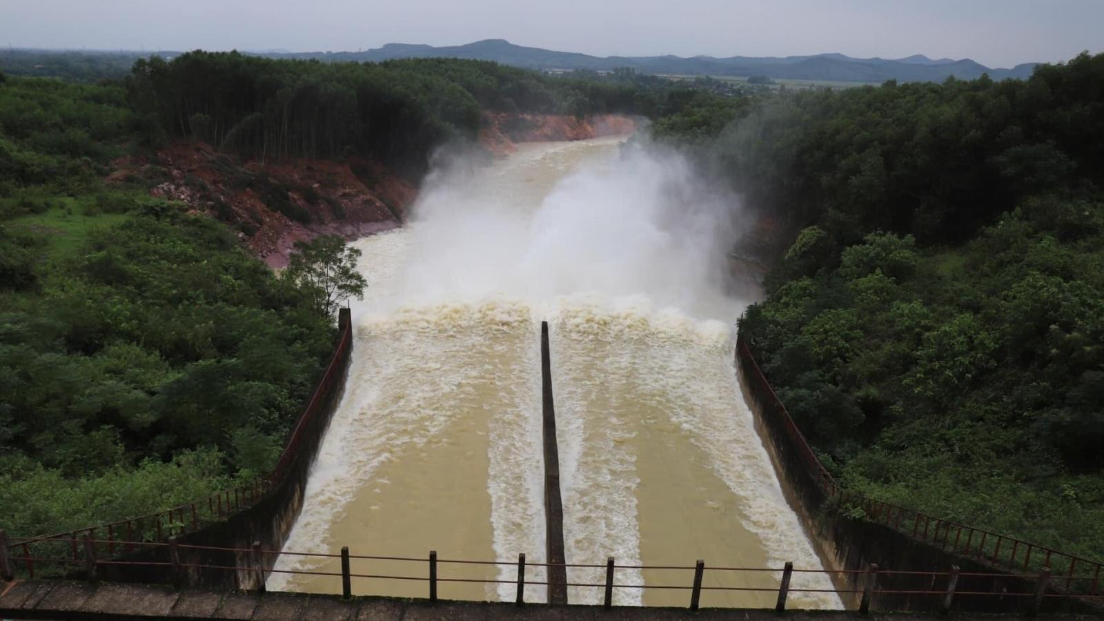 """Hồ Kẻ Gỗ ở Hà Tĩnh xả tràn để """"đón"""" bão số 13"""