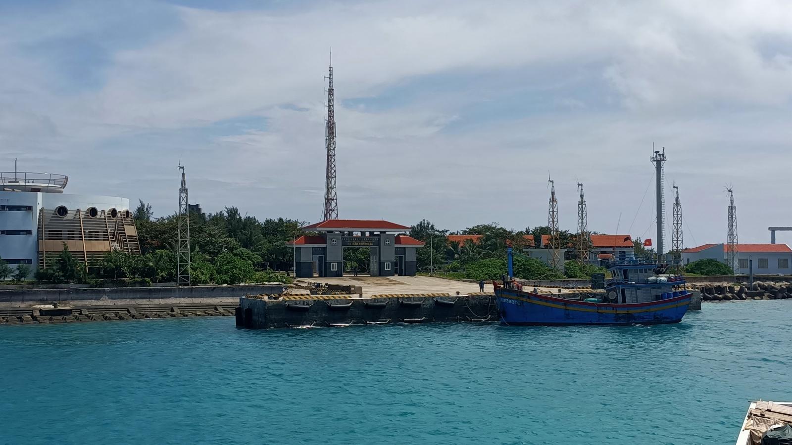 Bàn giao tàu BĐ 91388TS bị thả trôi trên biển cho các cơ quan chức năng