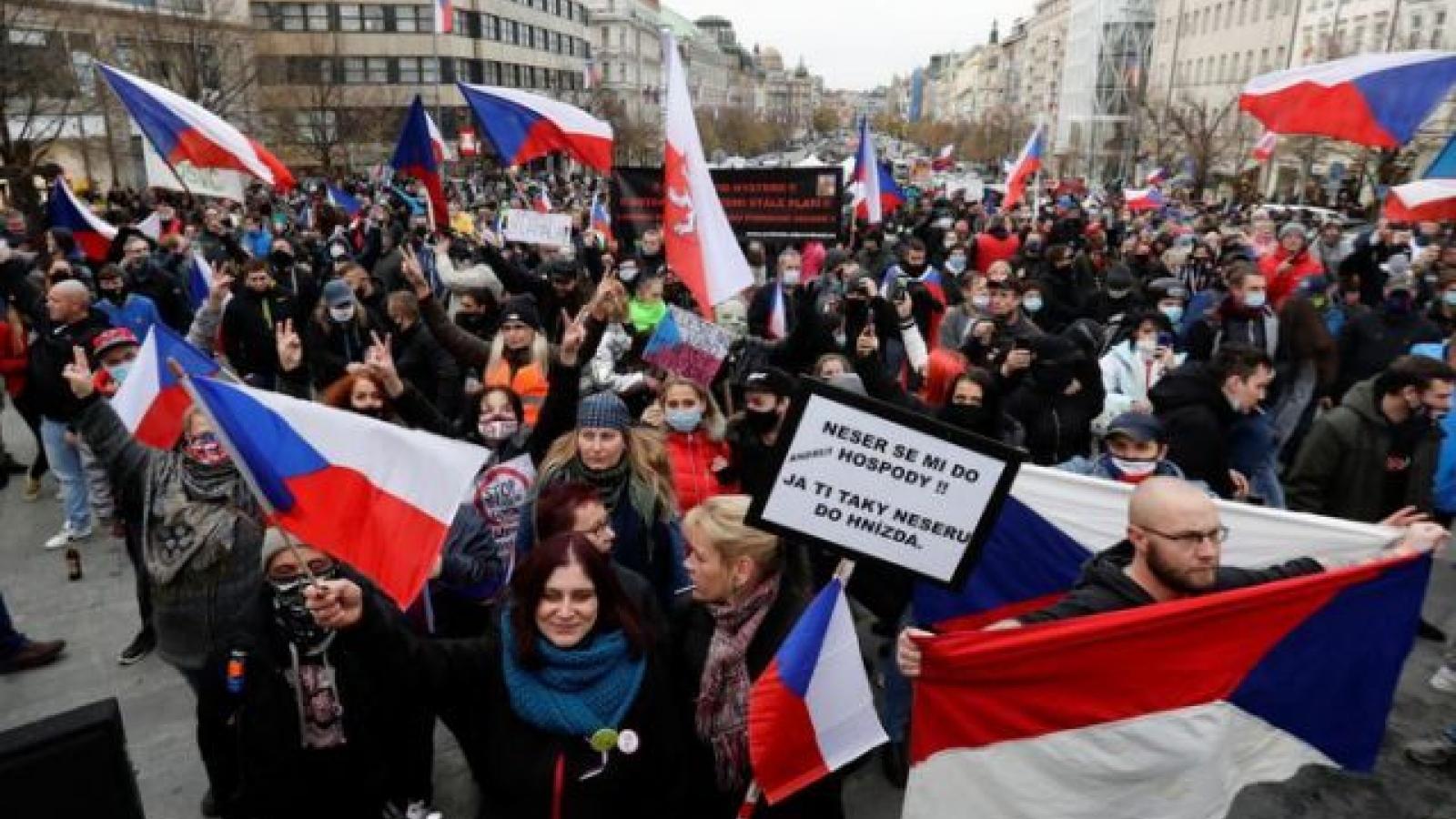 Hàng trăm người biểu tình phản đối các biện pháp hạn chế lây lan Covid-19 của Séc