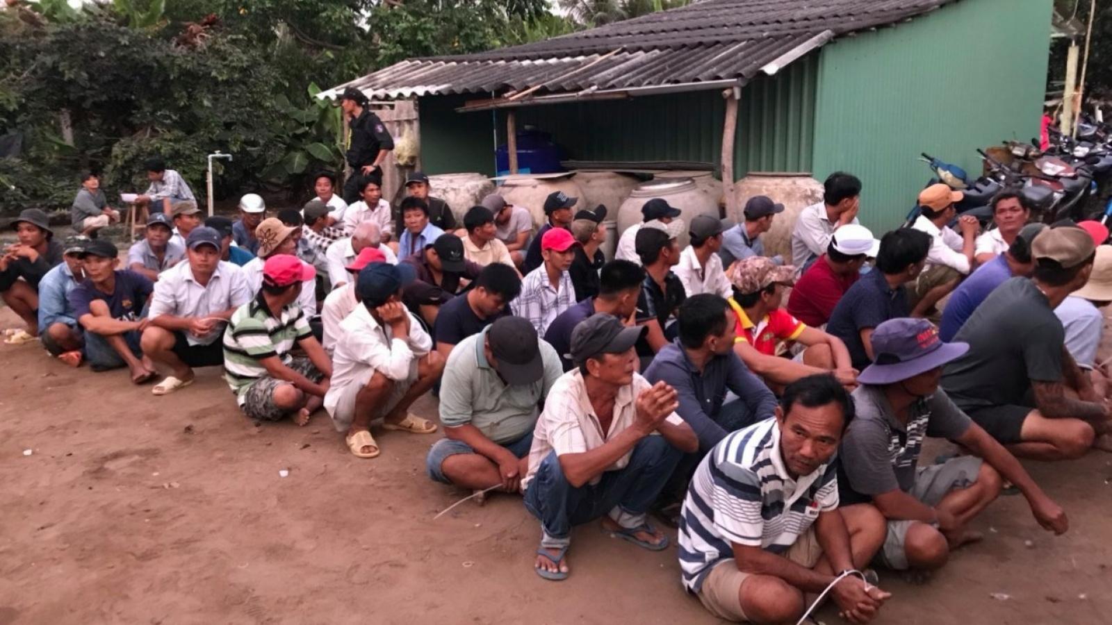 """Phá trường gà """"khủng"""" giữ 69 đối tượng cờ bạc ở Tiền Giang"""