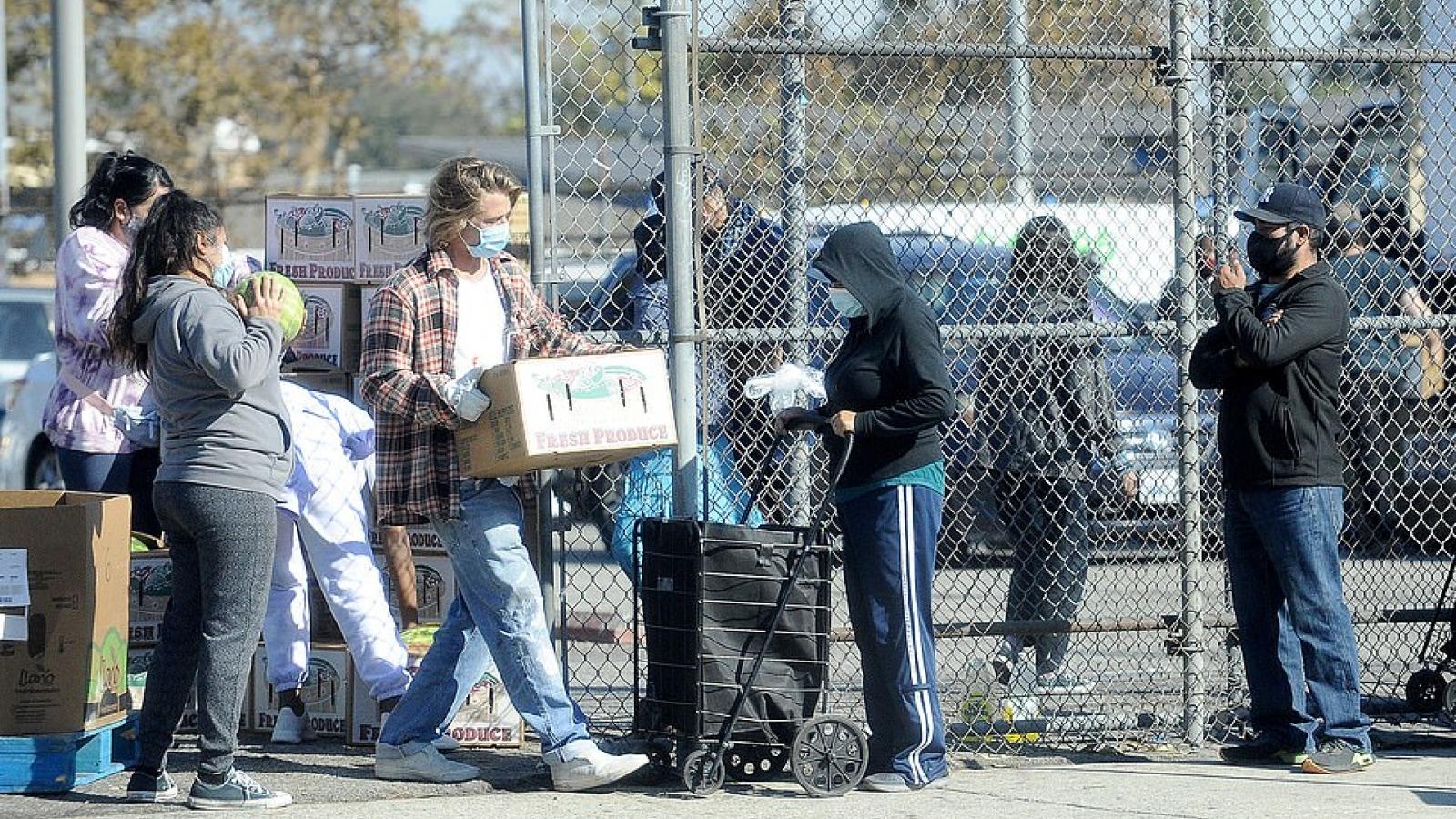 Brad Pitt thân thiện tặng đồ ăn cho người thu nhập thấp ở Los Angeles