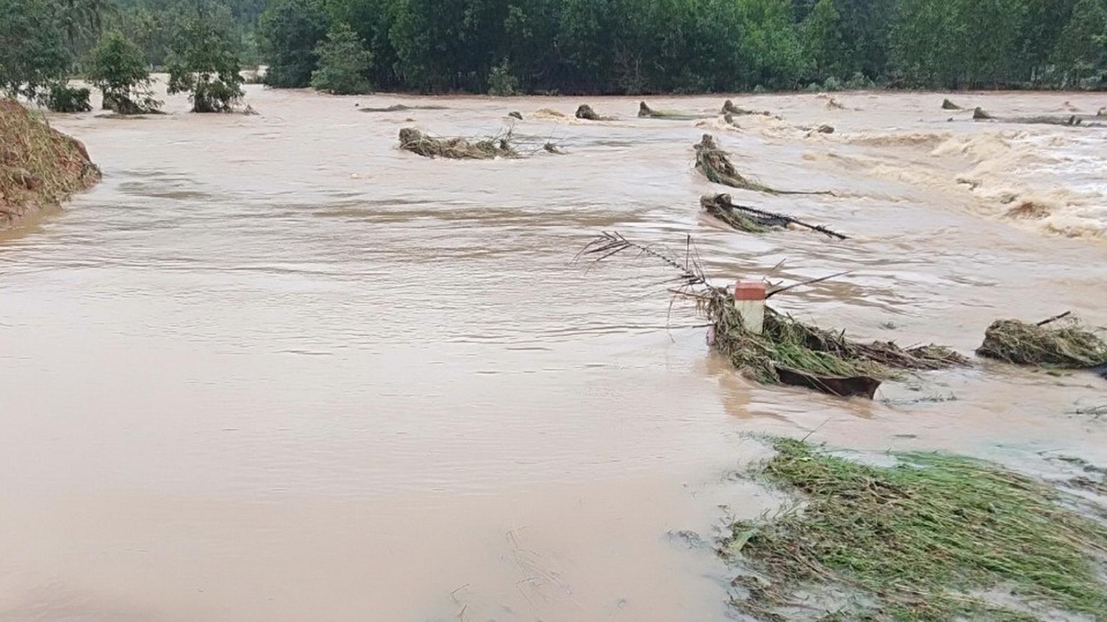 Nước lũ lên nhanh, 6 xã của huyện Hoài Ân,Bình Định bị chia cắt