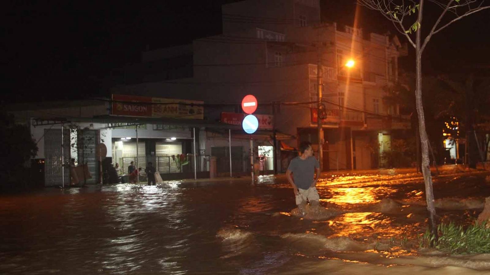 Bình Định: Nước lũ đổ về gây ngập cửa ngõ vào thành phố Quy Nhơn
