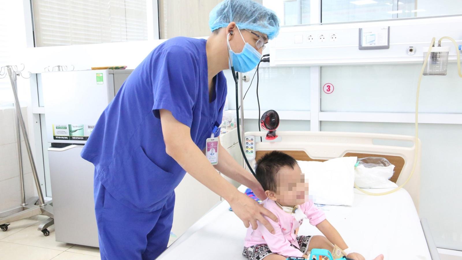 Bé trai 3 tuổi nguy kịch do mắc tay chân miệng biến chứng nặng